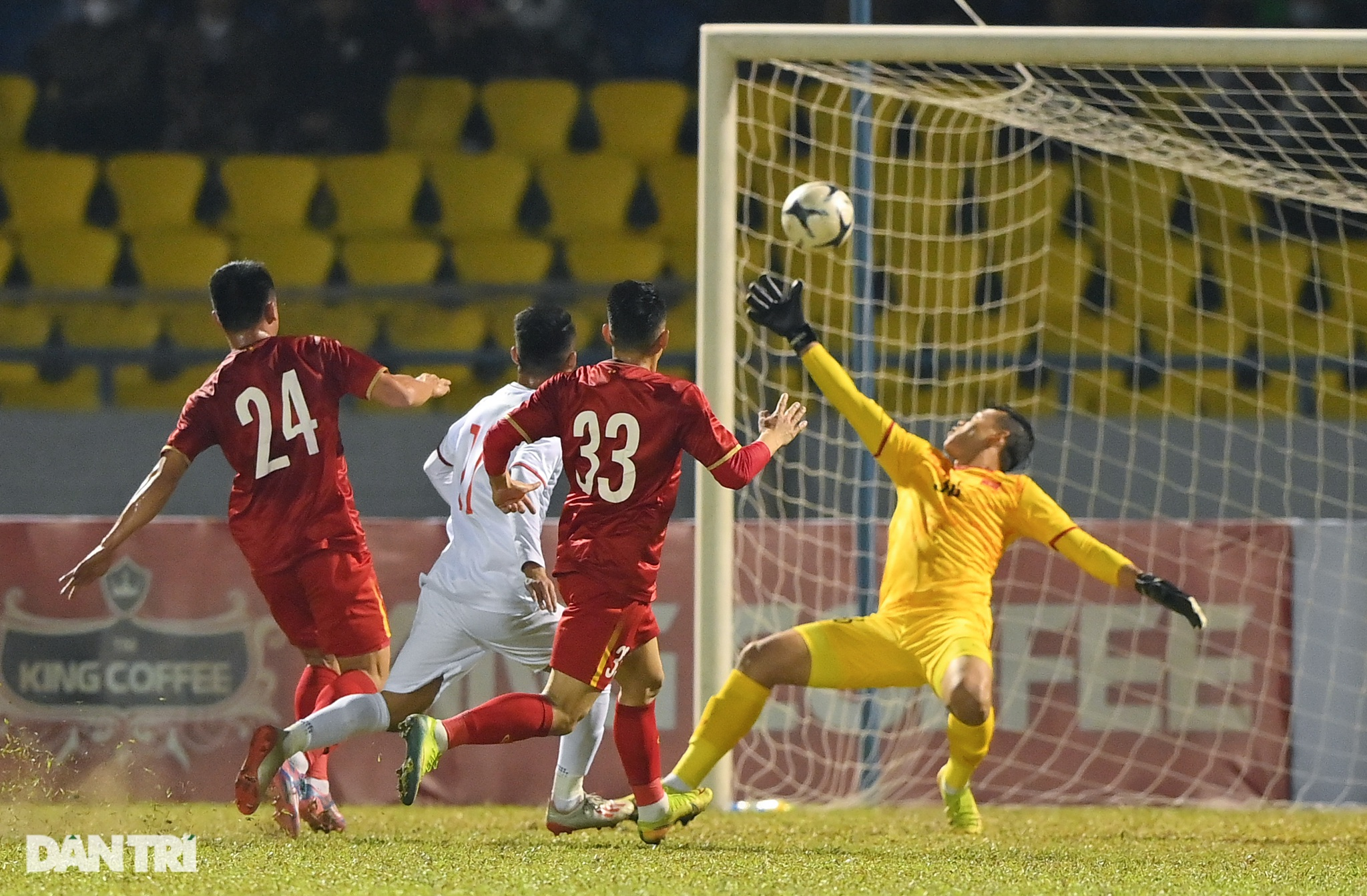 Văn Quyết ghi điểm trong chiến thắng của tuyển Việt Nam trước đàn em U22 - 5