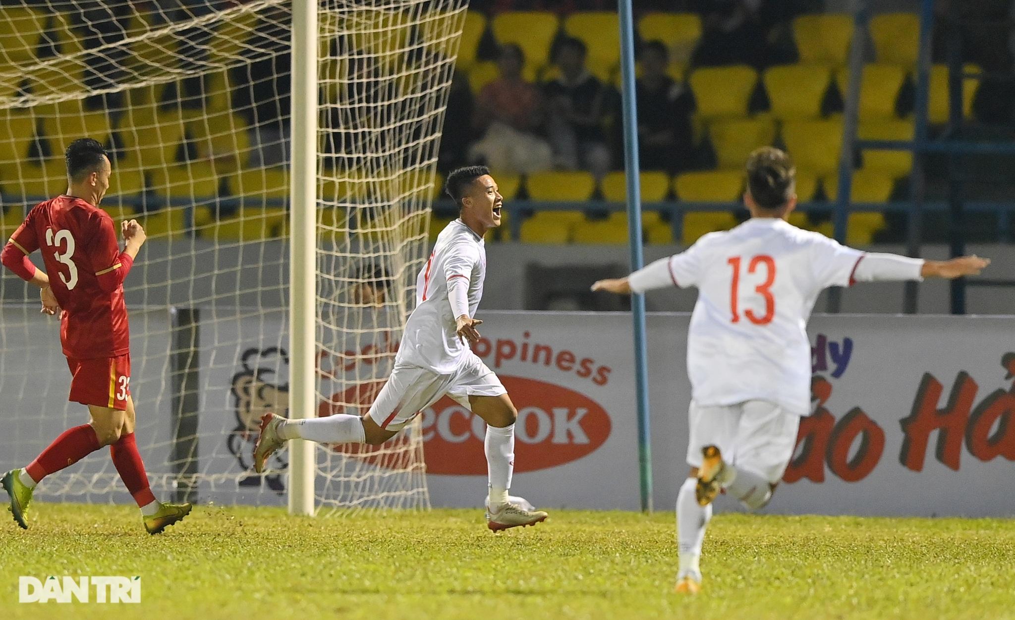 Văn Quyết ghi điểm trong chiến thắng của tuyển Việt Nam trước đàn em U22 - 6