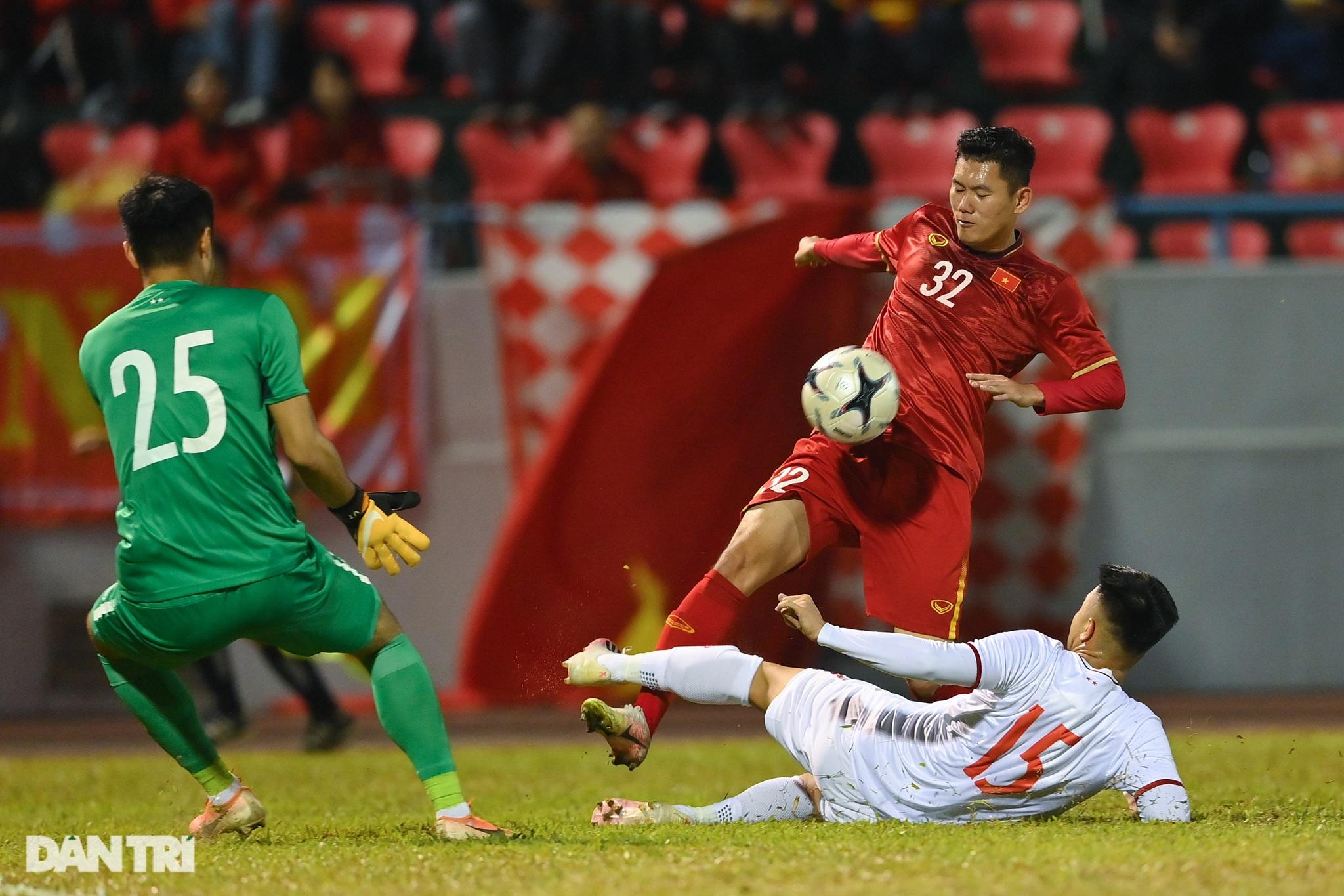 Văn Quyết ghi điểm trong chiến thắng của tuyển Việt Nam trước đàn em U22 - 9