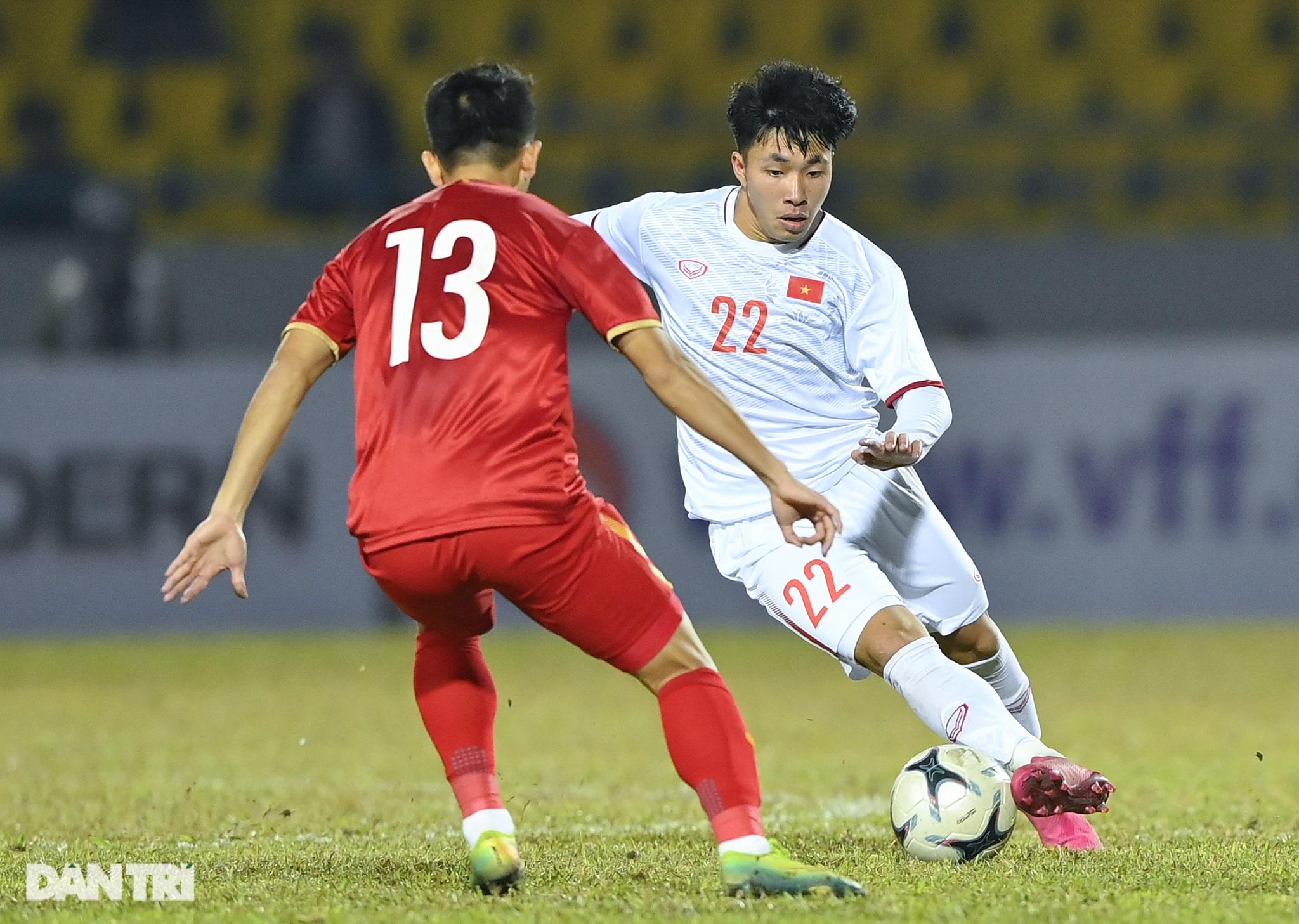 Văn Quyết ghi điểm trong chiến thắng của tuyển Việt Nam trước đàn em U22 - 13