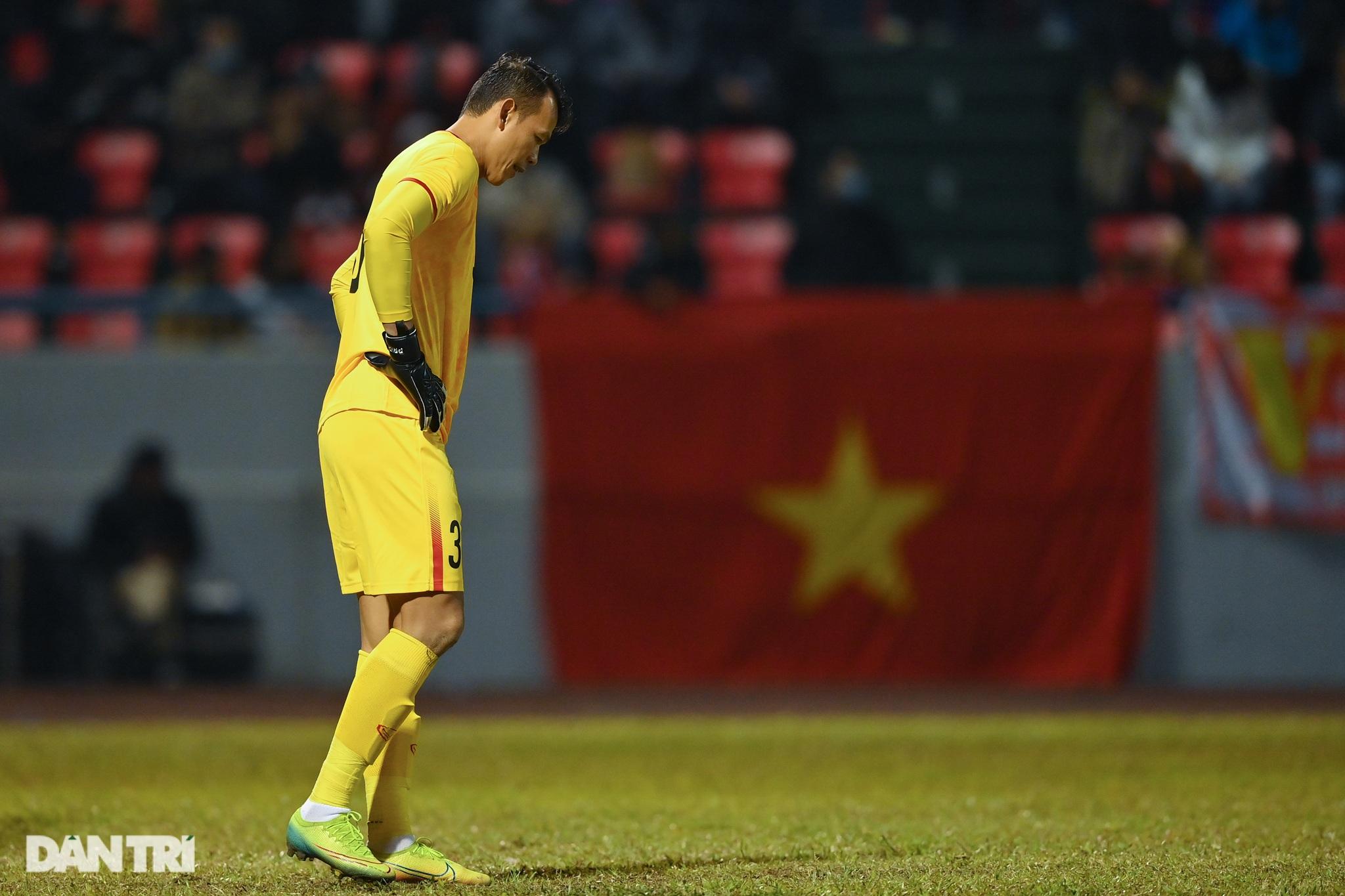 Văn Quyết ghi điểm trong chiến thắng của tuyển Việt Nam trước đàn em U22 - 14