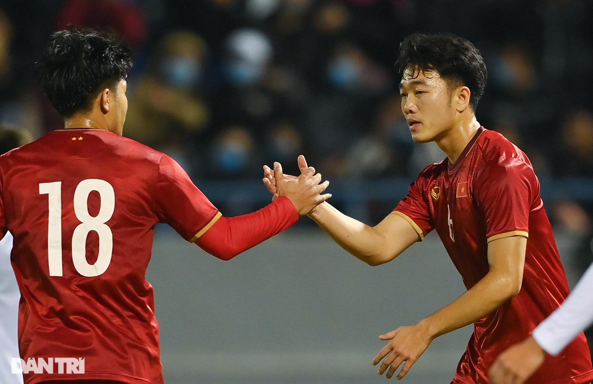 Văn Quyết ghi điểm trong chiến thắng của tuyển Việt Nam trước đàn em U22 - 21