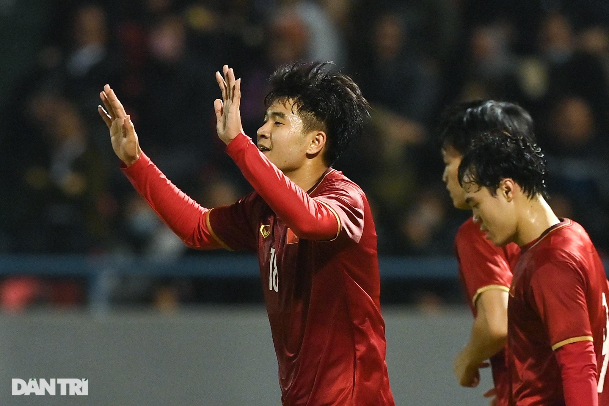 Văn Quyết ghi điểm trong chiến thắng của tuyển Việt Nam trước đàn em U22 - 23
