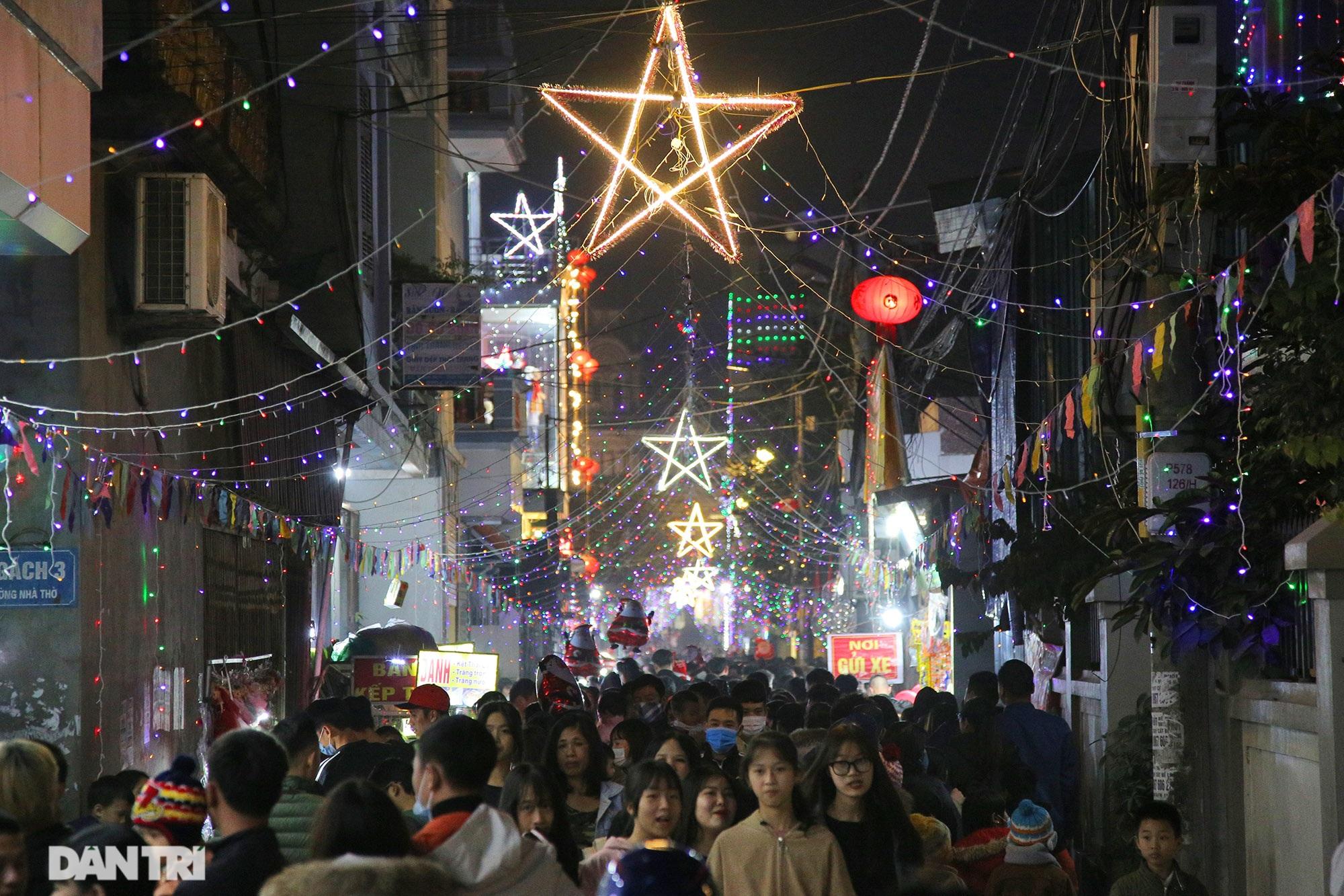 Đêm Giáng sinh lung linh ánh đèn tại xứ đạo Thạch Bích - 1