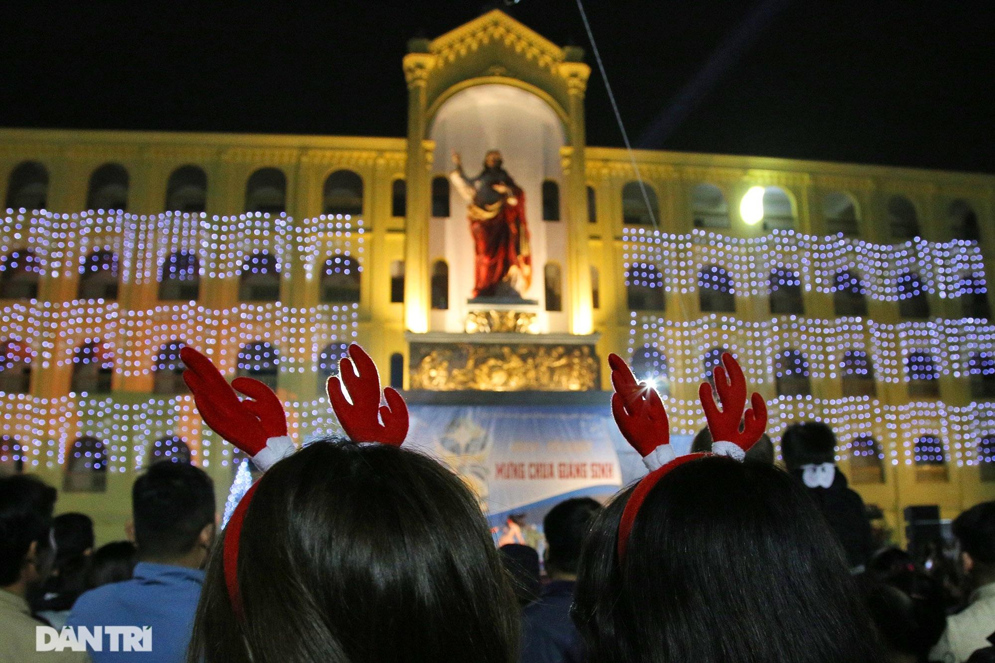Đêm Giáng sinh lung linh ánh đèn tại xứ đạo Thạch Bích - 6