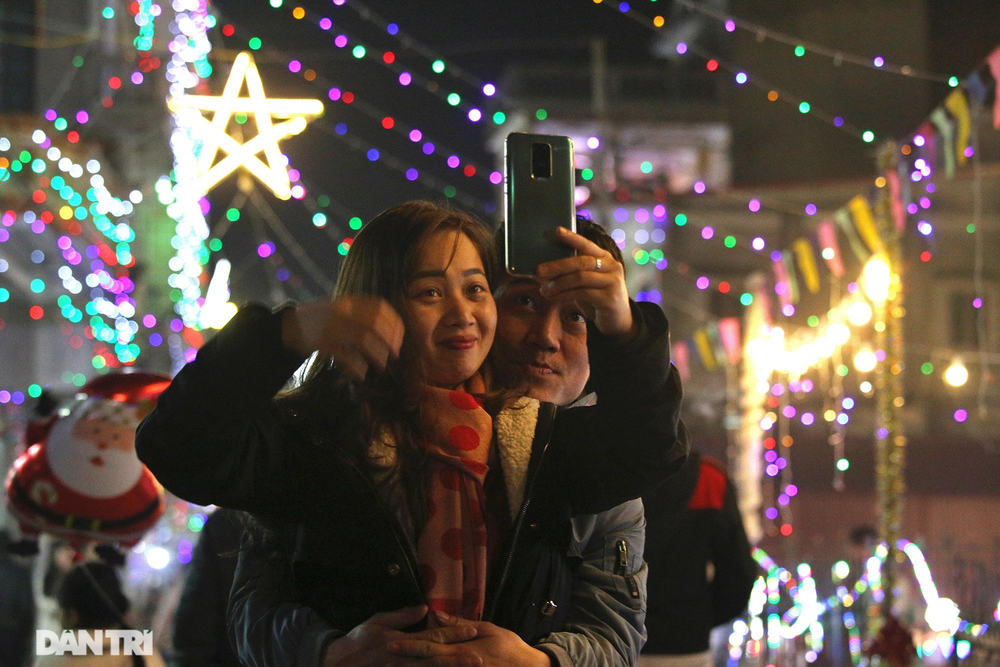 Đêm Giáng sinh lung linh ánh đèn tại xứ đạo Thạch Bích - 7