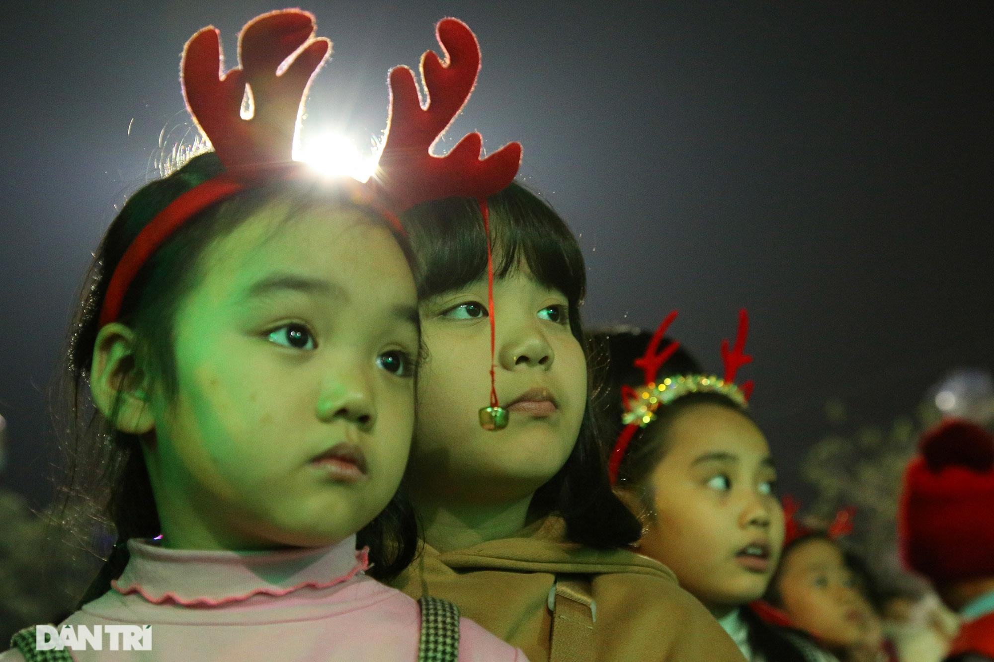 Đêm Giáng sinh lung linh ánh đèn tại xứ đạo Thạch Bích - 8