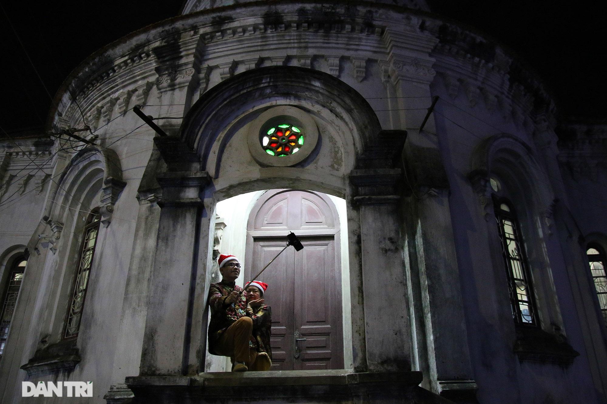 Đêm Giáng sinh lung linh ánh đèn tại xứ đạo Thạch Bích - 9