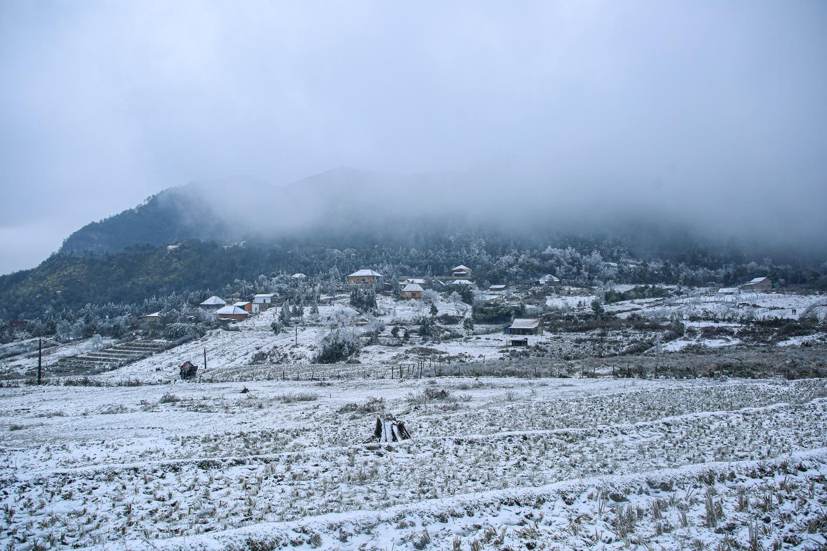 Du khách thích thú đổ ra đường, chụp ảnh với băng tuyết trắng xóa ở Y Tý - 14