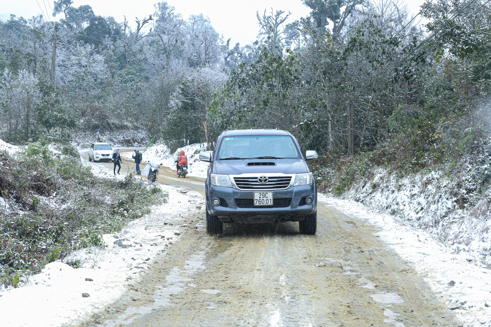 Tourists enjoy pouring into the street, taking pictures with the white snow in Y Ty - 11