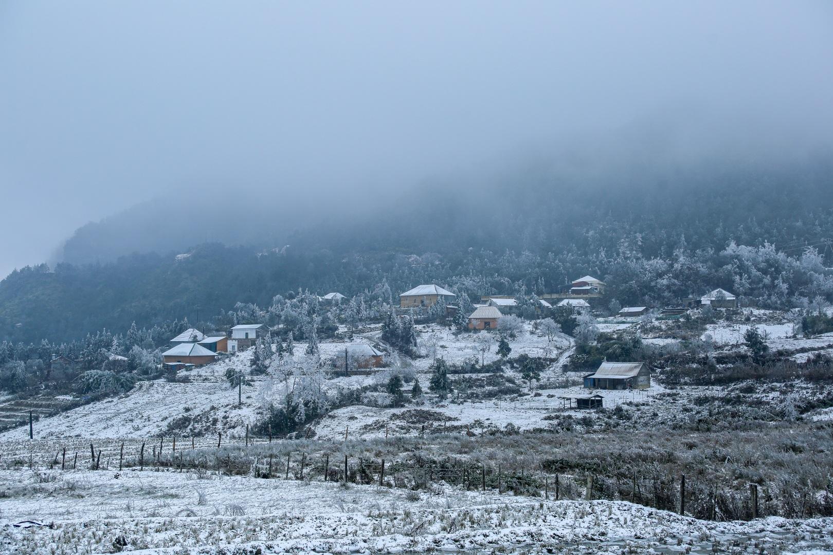 Du khách thích thú đổ ra đường, chụp ảnh với băng tuyết trắng xóa ở Y Tý - 6