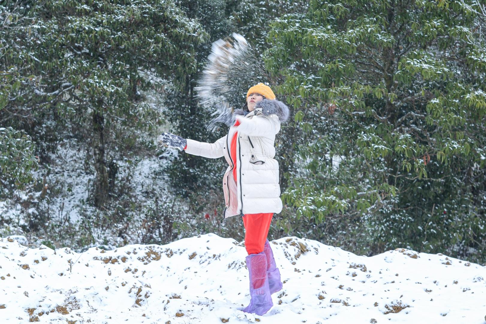 Du khách thích thú đổ ra đường, chụp ảnh với băng tuyết trắng xóa ở Y Tý - 1