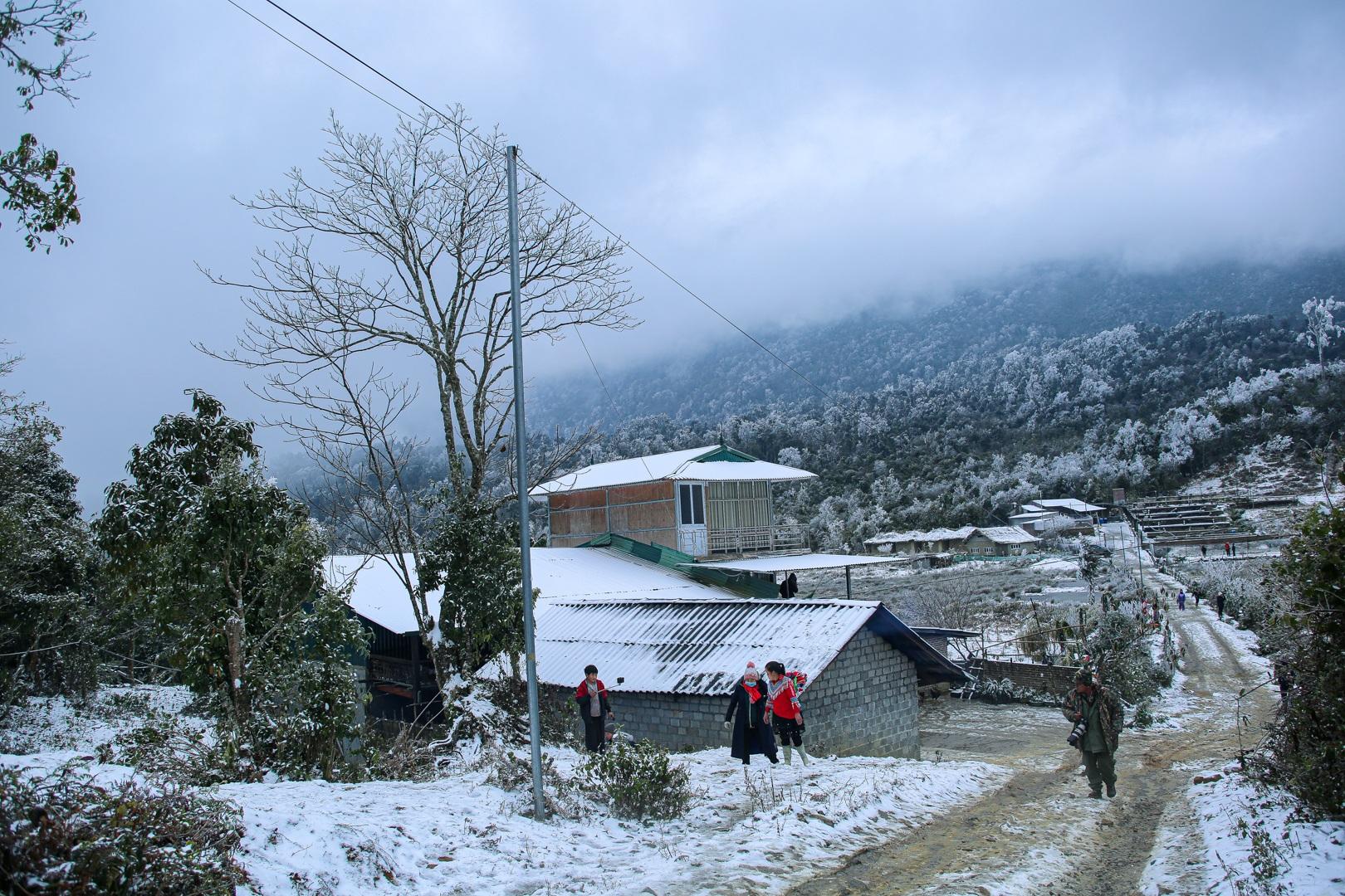 Du khách thích thú đổ ra đường, chụp ảnh với băng tuyết trắng xóa ở Y Tý - 12