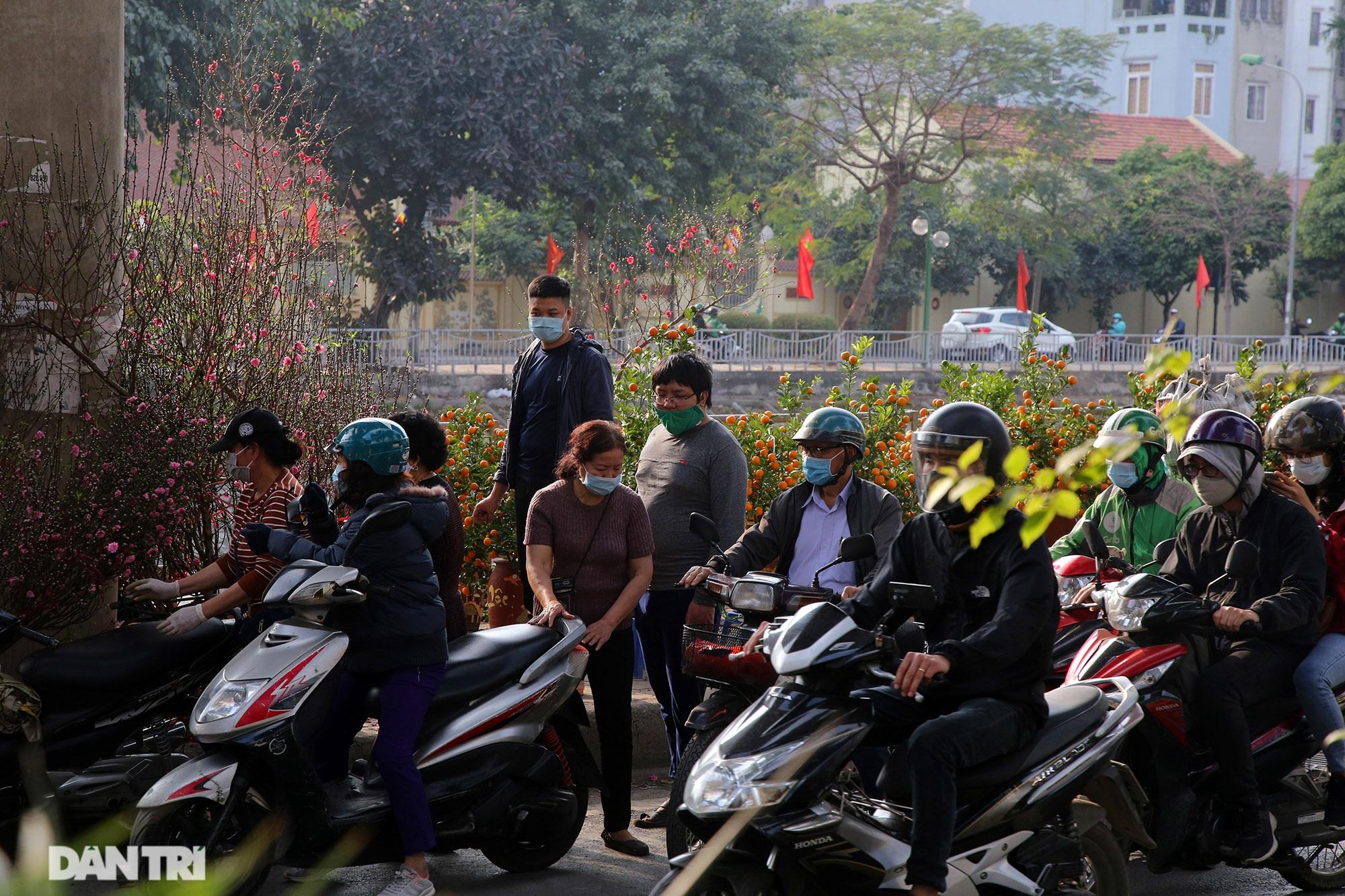 Chợ hoa bày bán trên đường phố Hà Nội đông khách bất chấp dịch Covid-19 - 1