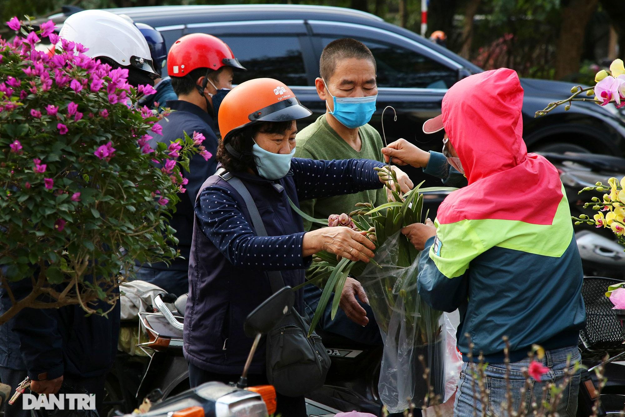 Chợ hoa bày bán trên đường phố Hà Nội đông khách bất chấp dịch Covid-19 - 8