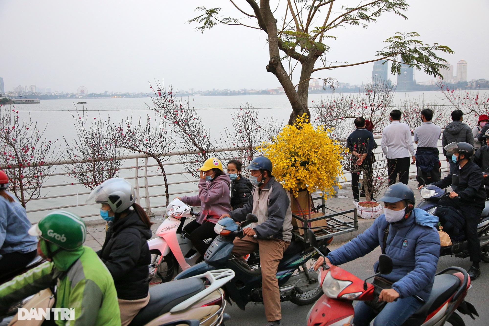 Chợ hoa bày bán trên đường phố Hà Nội đông khách bất chấp dịch Covid-19 - 9