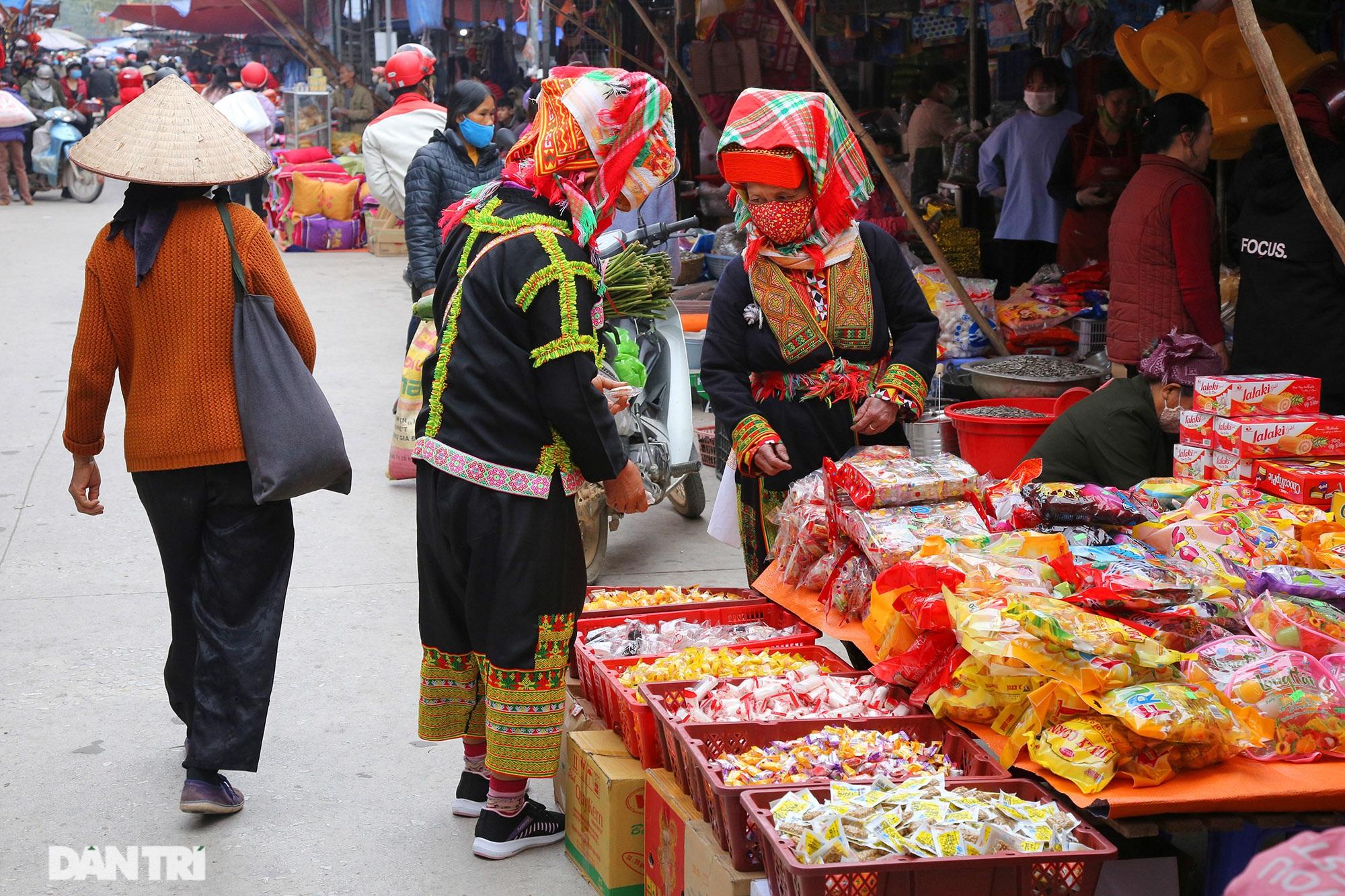 Người dân nhộn nhịp mua cờ tổ quốc về trang trí Tết ở phiên chợ cuối năm - 1
