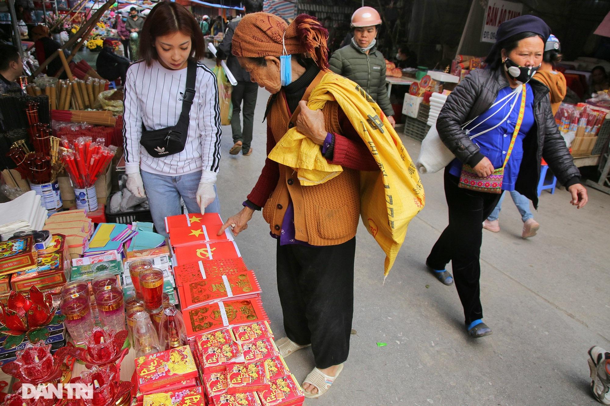 Người dân nhộn nhịp mua cờ tổ quốc về trang trí Tết ở phiên chợ cuối năm - 5