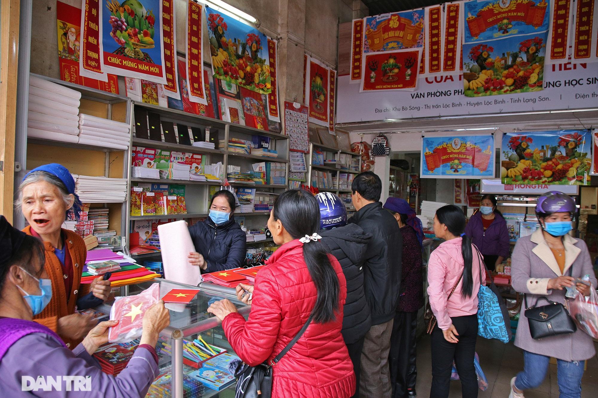 Người dân nhộn nhịp mua cờ tổ quốc về trang trí Tết ở phiên chợ cuối năm - 2