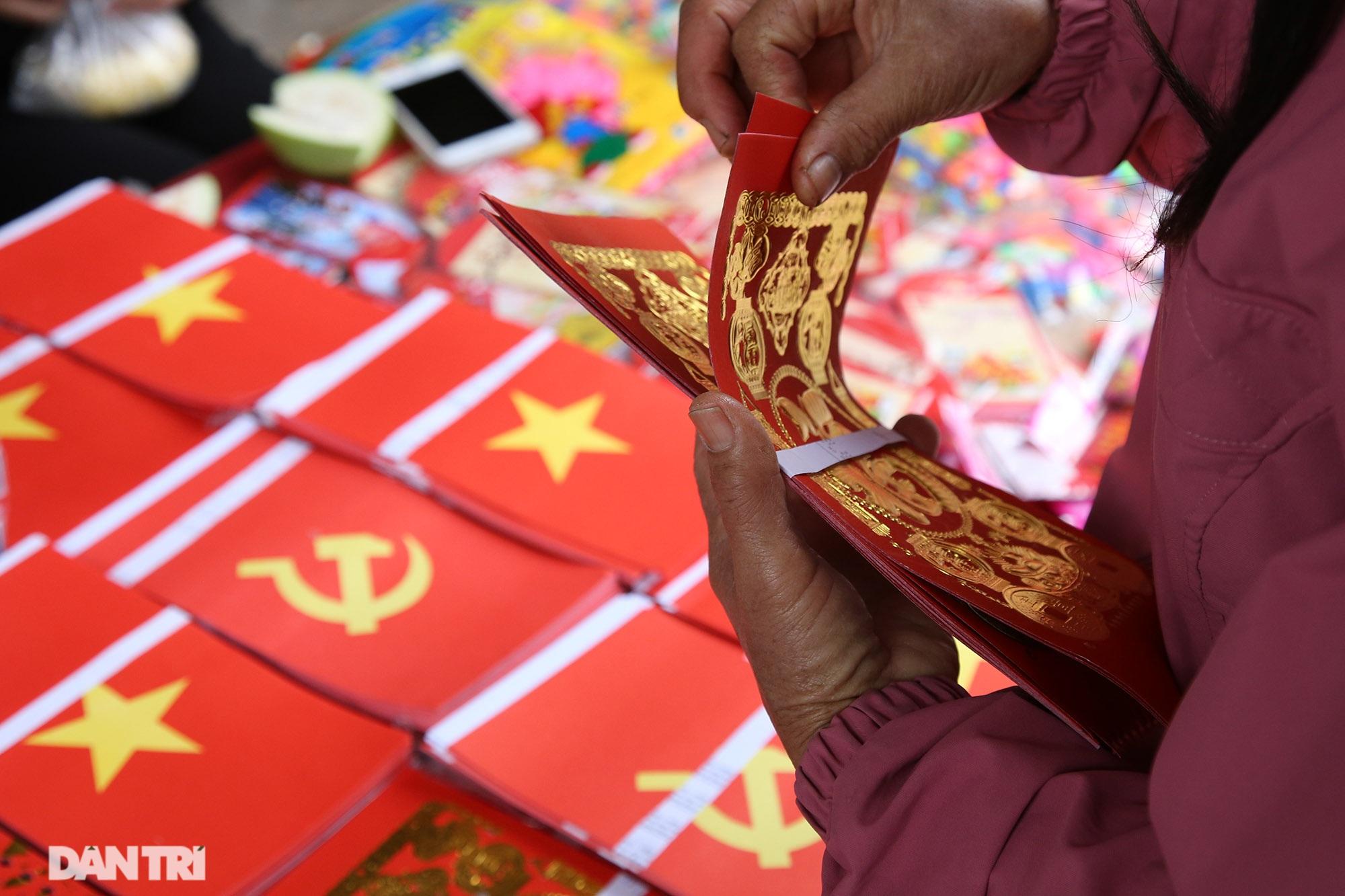 Người dân nhộn nhịp mua cờ tổ quốc về trang trí Tết ở phiên chợ cuối năm - 3