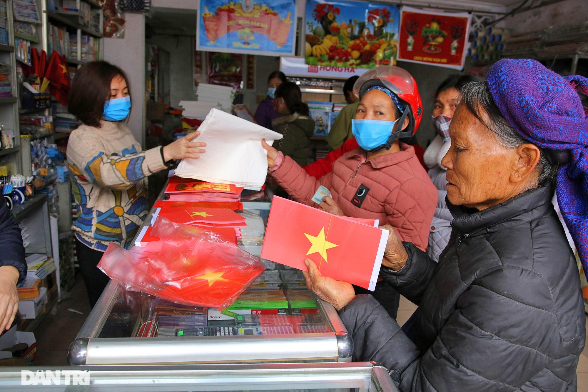 Người dân nhộn nhịp mua cờ tổ quốc về trang trí Tết ở phiên chợ cuối năm - 4