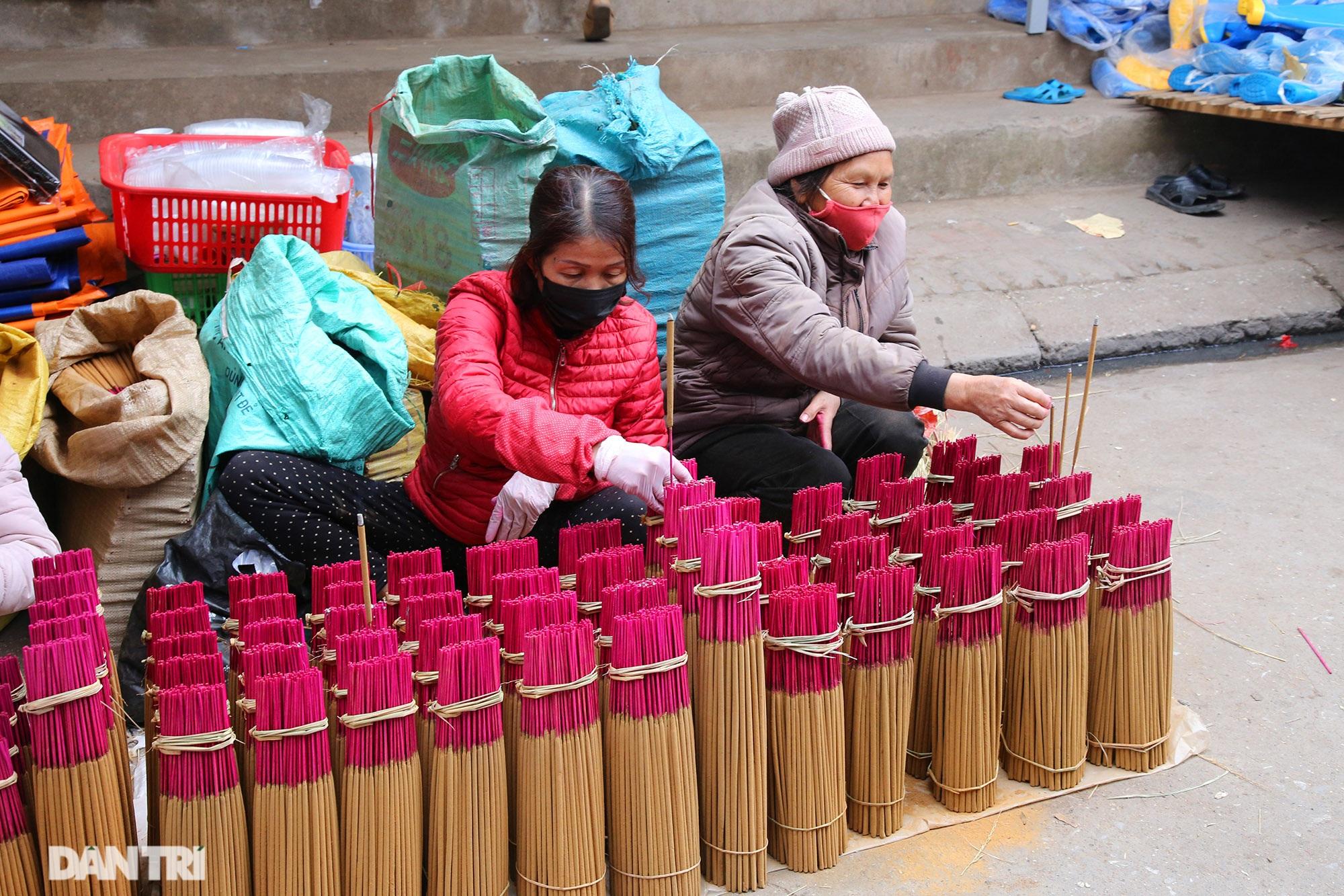 Người dân nhộn nhịp mua cờ tổ quốc về trang trí Tết ở phiên chợ cuối năm - 9
