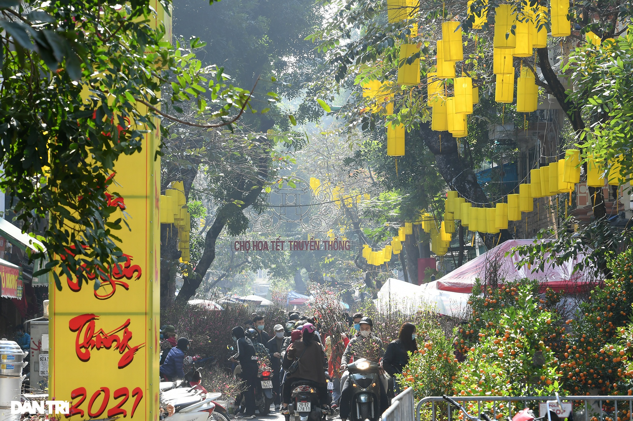 The sunshine came back and filled the streets of Hanoi on 29 Tet - 1