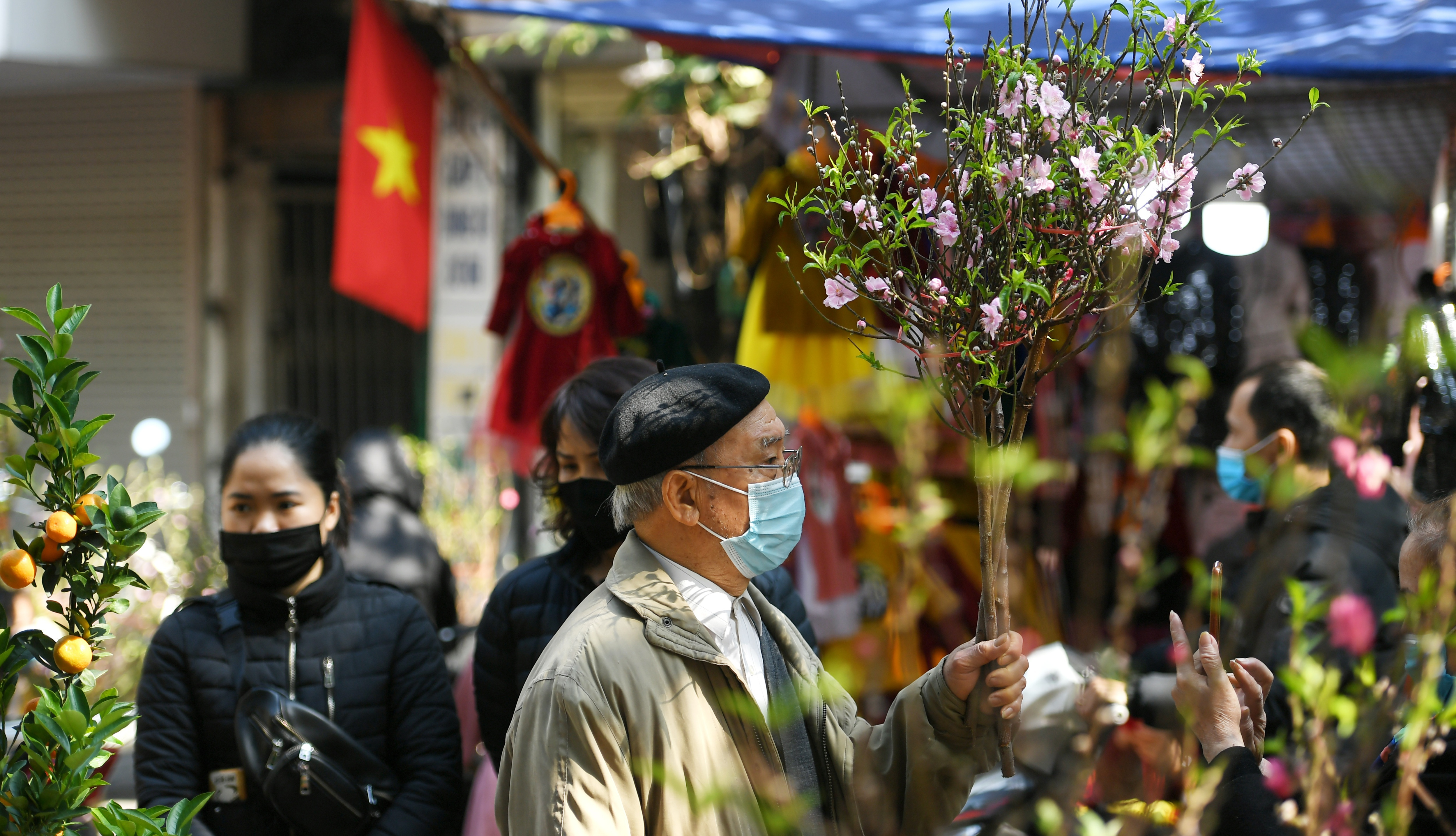 The sunshine came back and filled the streets of Hanoi on the 29th of Tet - 8