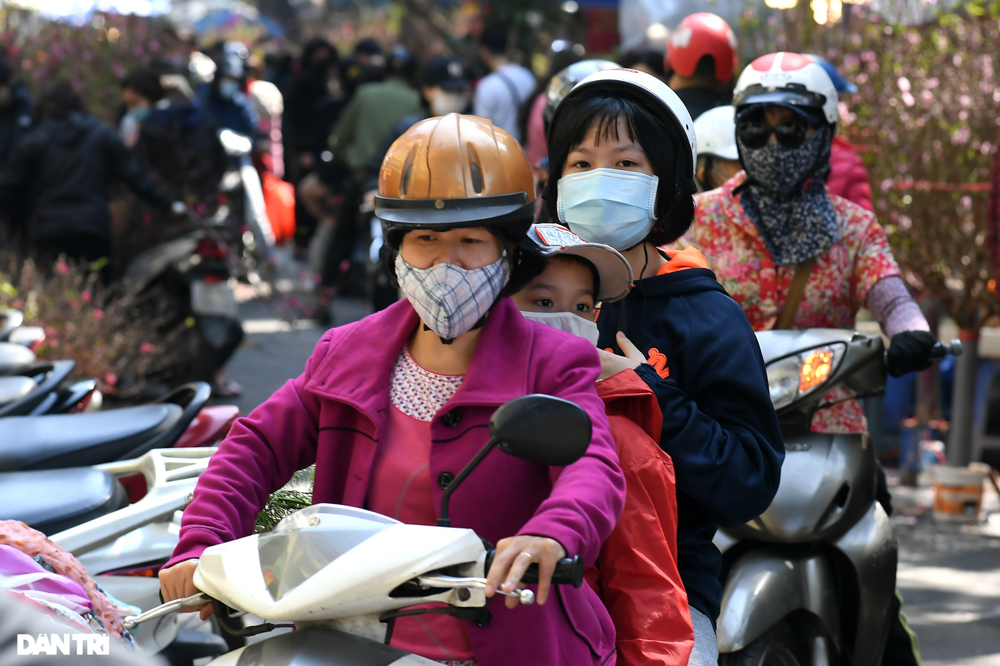 The sunshine came back and filled the streets of Hanoi on the 29th of Tet - 13