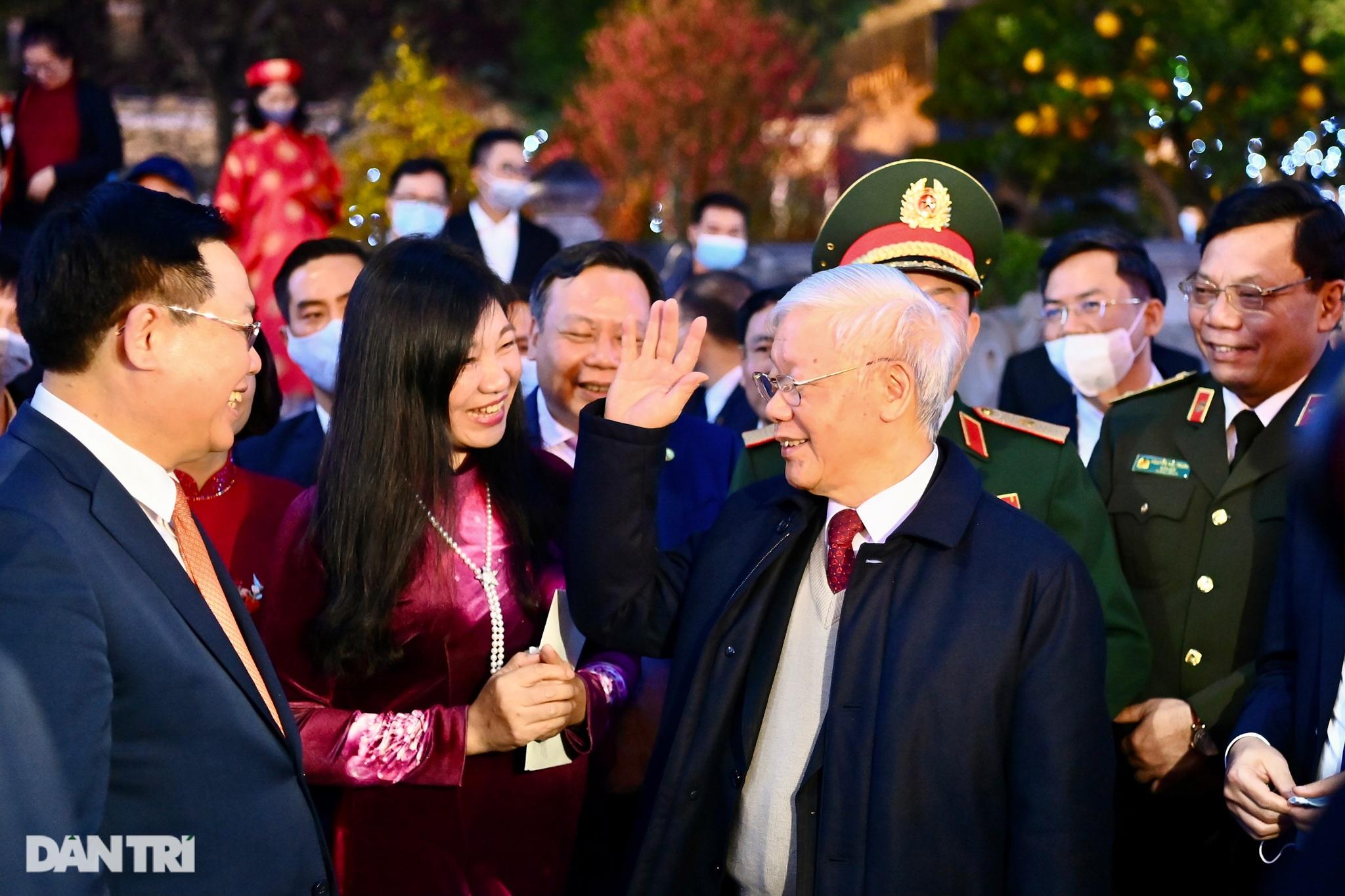Tổng Bí thư, Chủ tịch nước chúc Tết nhân dân thủ đô bên Hồ Gươm - 7