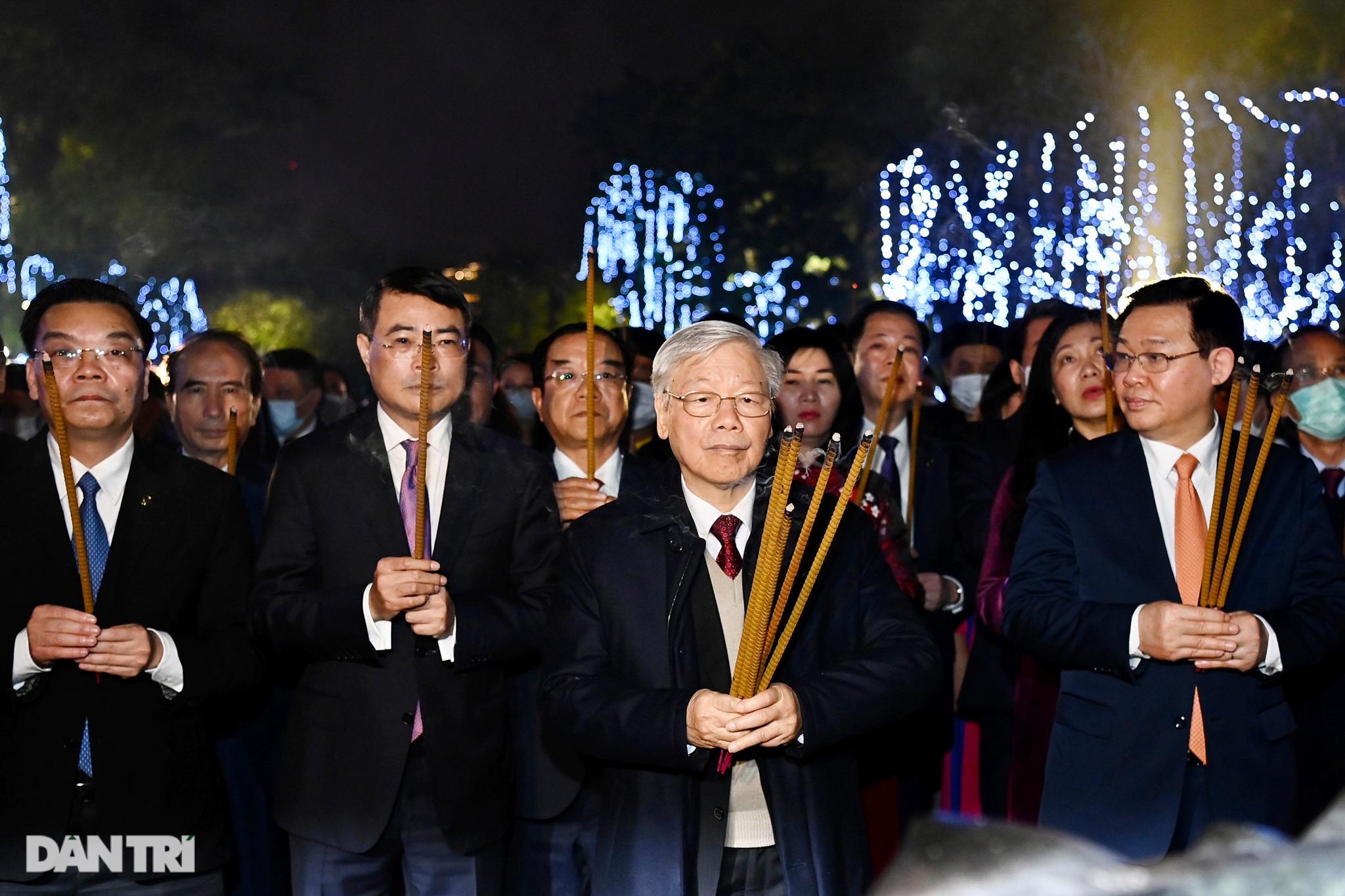 Tổng Bí thư, Chủ tịch nước chúc Tết nhân dân thủ đô bên Hồ Gươm - 3