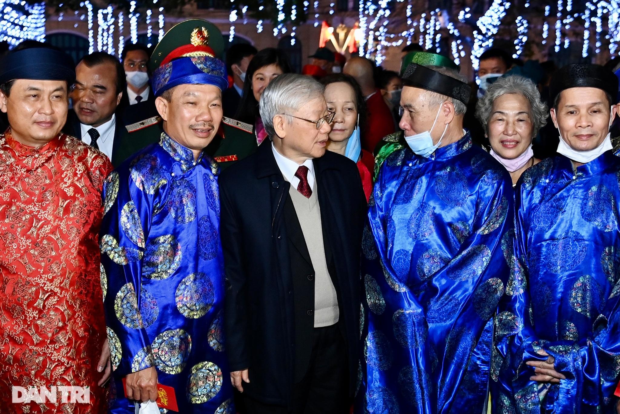 Tổng Bí thư, Chủ tịch nước chúc Tết nhân dân thủ đô bên Hồ Gươm - 5
