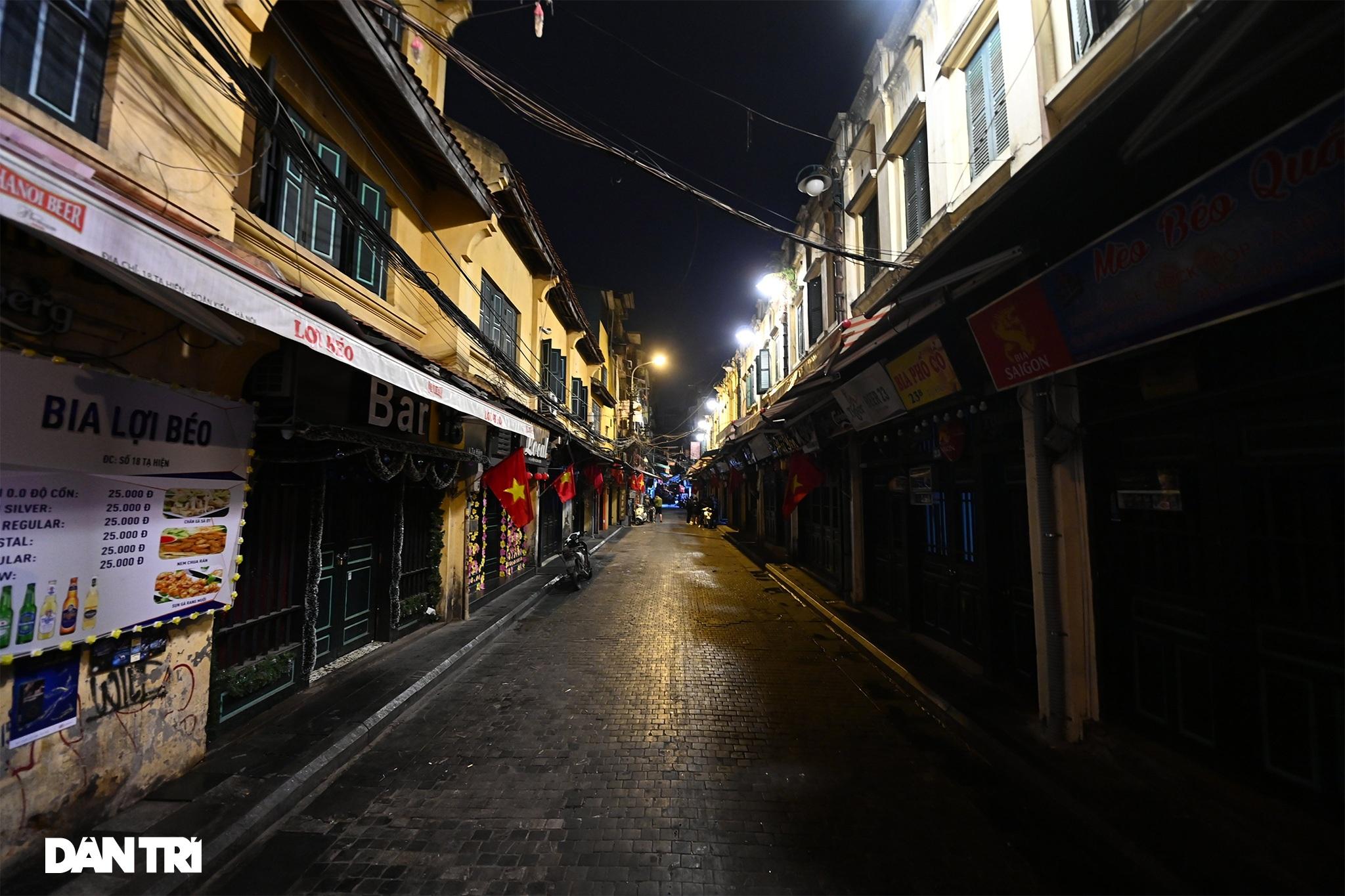 Công an Hà Nội kiểm tra xuyên đêm, yêu cầu hàng quán đóng cửa trước 0h  - 20