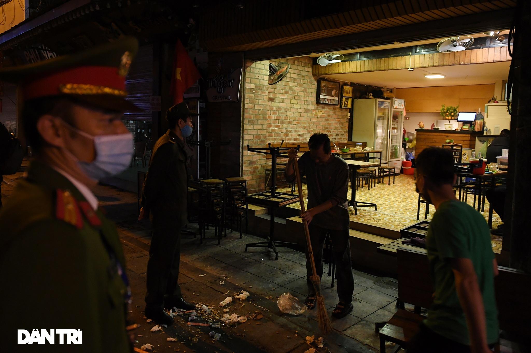 Công an Hà Nội kiểm tra xuyên đêm, yêu cầu hàng quán đóng cửa trước 0h  - 15
