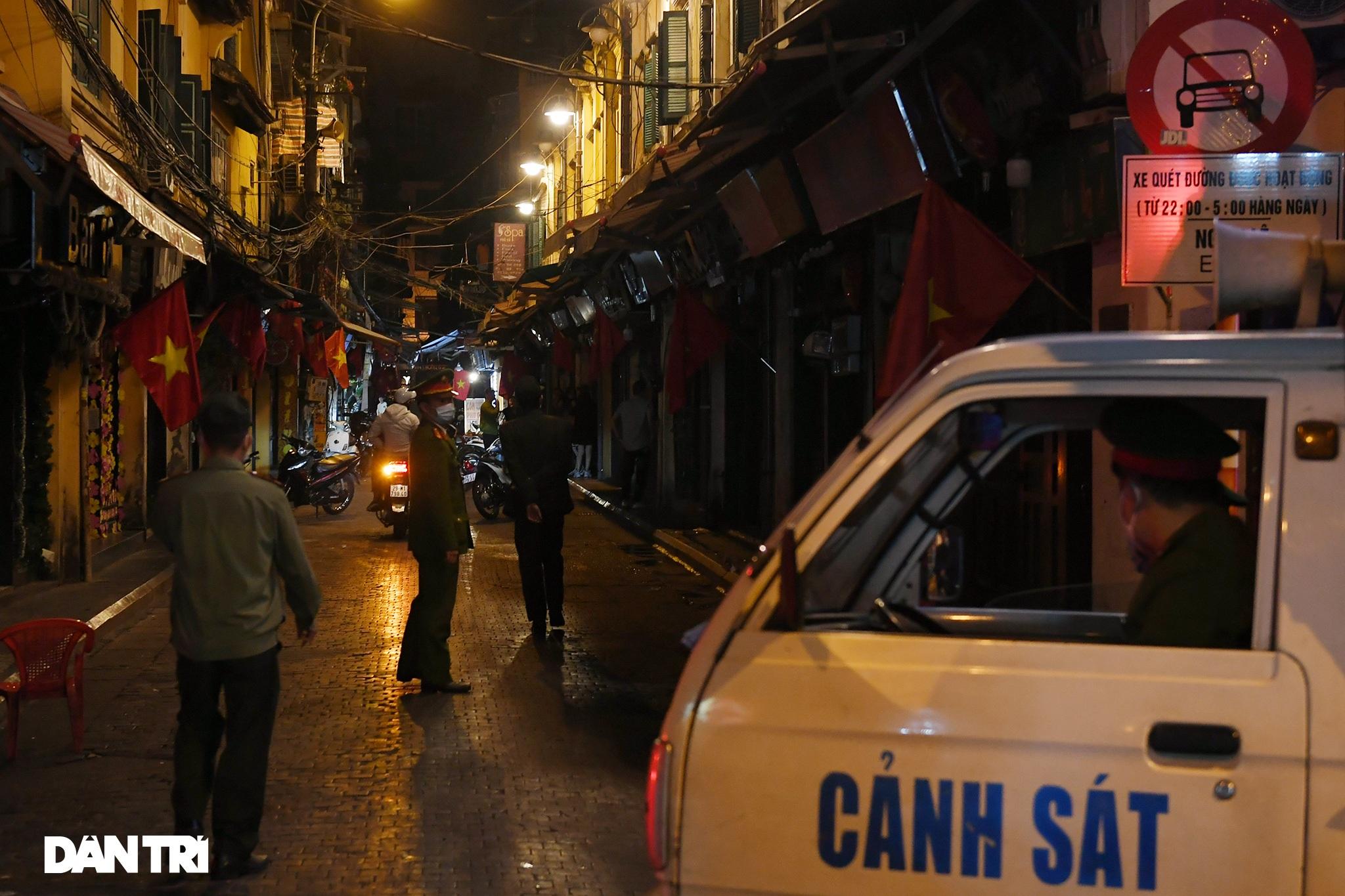 Công an Hà Nội kiểm tra xuyên đêm, yêu cầu hàng quán đóng cửa trước 0h  - 17