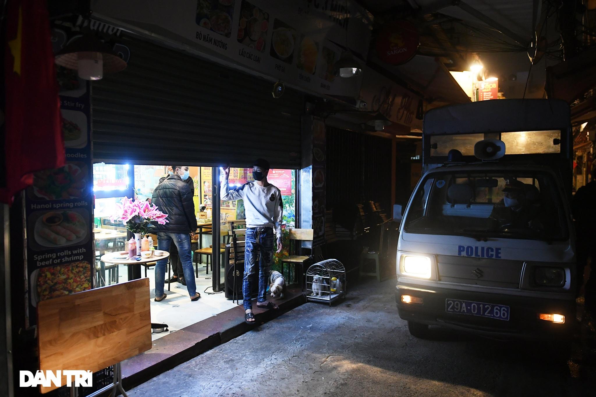 Công an Hà Nội kiểm tra xuyên đêm, yêu cầu hàng quán đóng cửa trước 0h  - 16