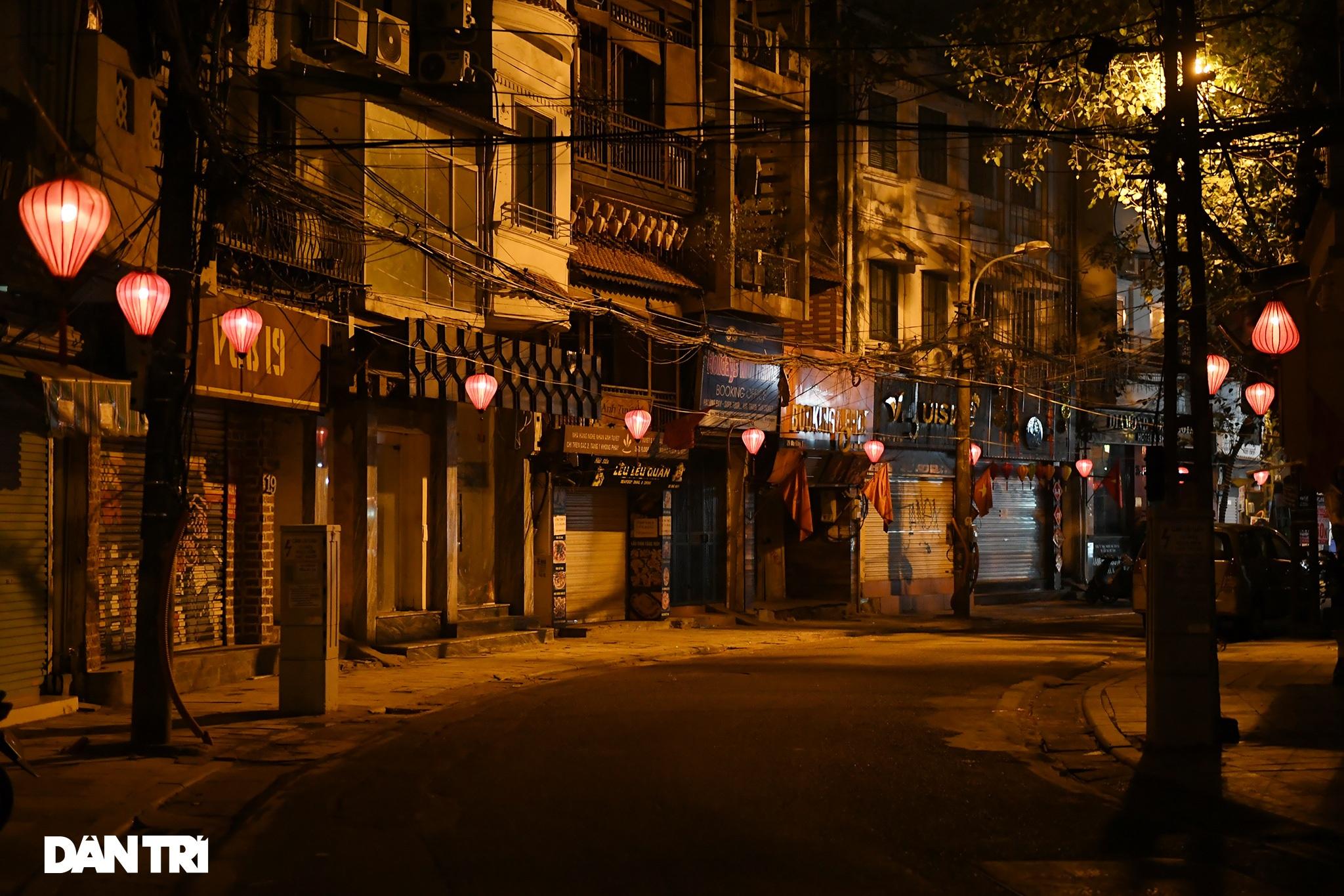 Công an Hà Nội kiểm tra xuyên đêm, yêu cầu hàng quán đóng cửa trước 0h  - 21
