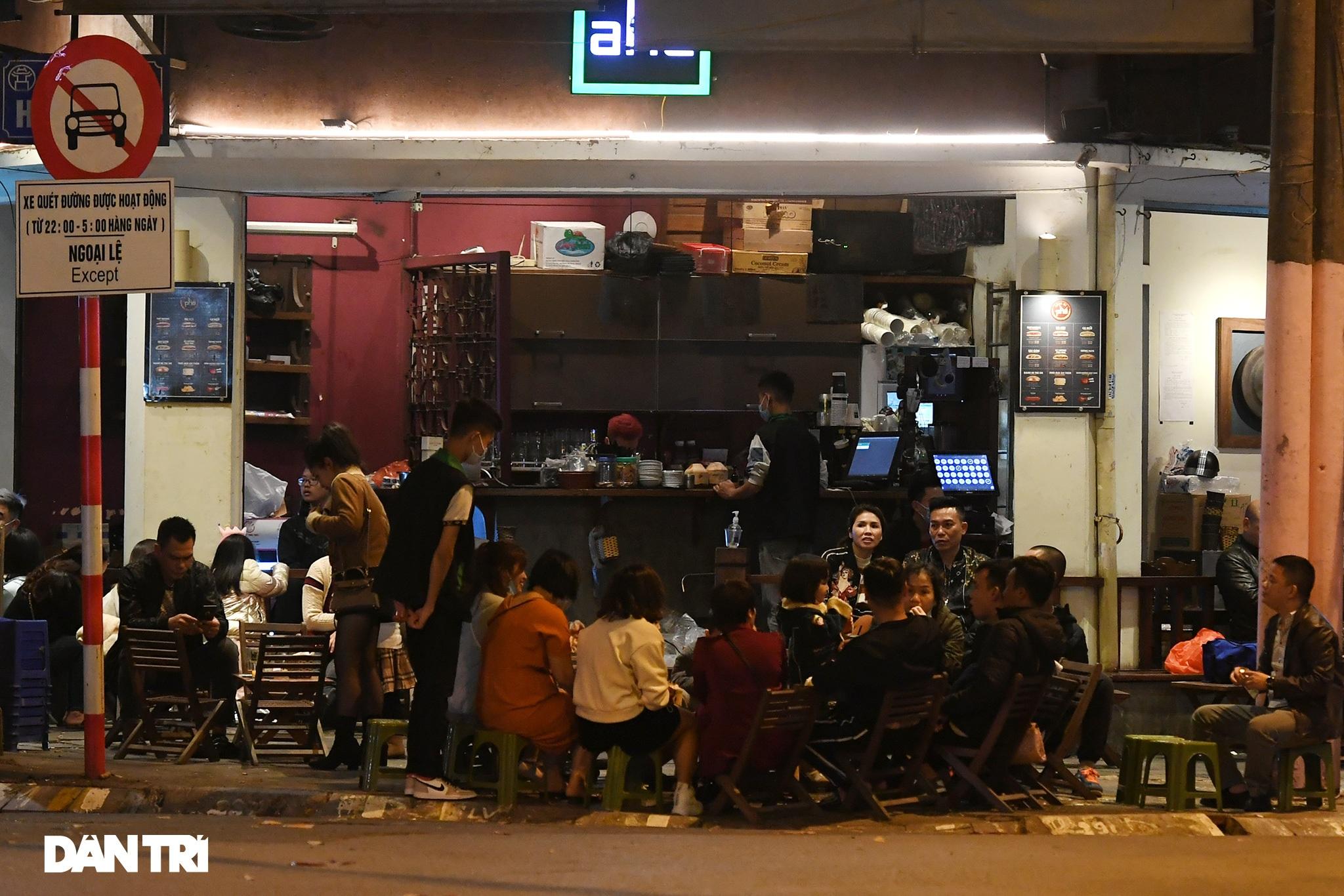 Công an Hà Nội kiểm tra xuyên đêm, yêu cầu hàng quán đóng cửa trước 0h  - 4