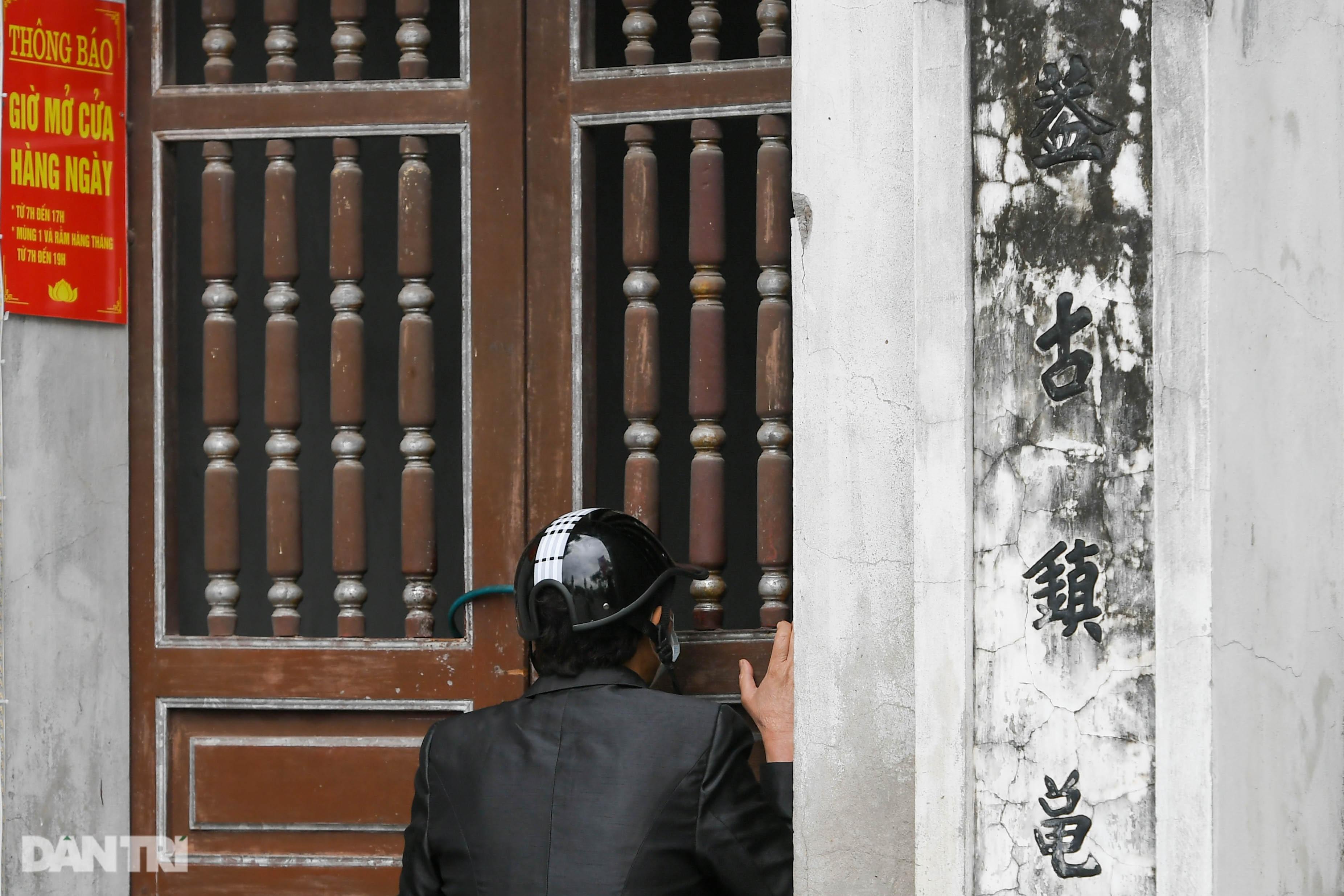 Đền chùa đóng cửa, dân công sở tranh thủ đi lễ vái vọng từ xa - 4