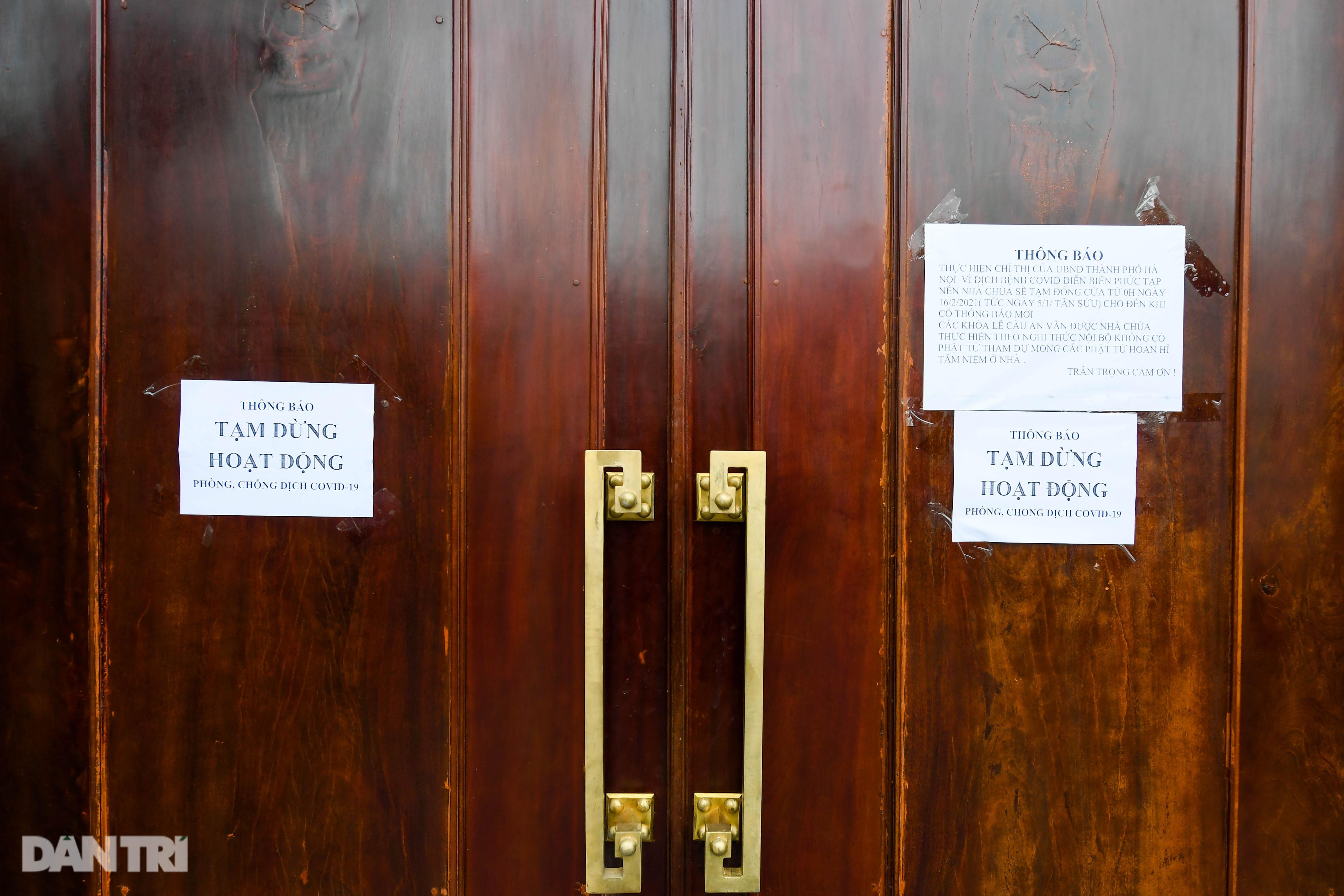 Đền chùa đóng cửa, dân công sở tranh thủ đi lễ vái vọng từ xa - 8