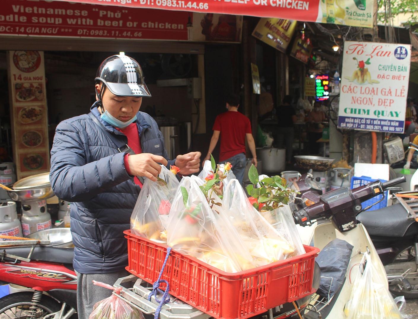"""Gà ngậm hoa hồng đắt khách tại """"chợ nhà giàu"""" Hà Nội ngày Rằm tháng Giêng - Ảnh 10."""
