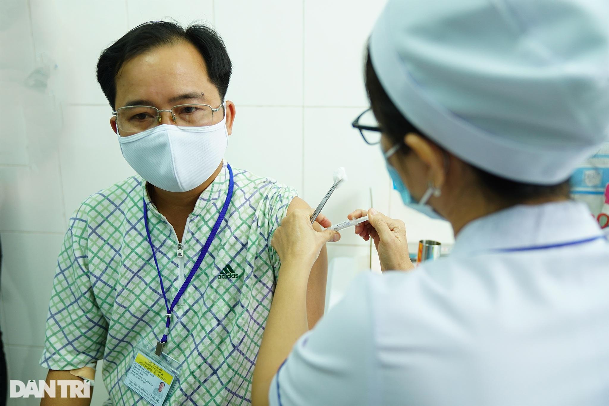 Tình nguyện viên: Không ra tuyến đầu thì góp công thử nghiệm vắc xin - 7