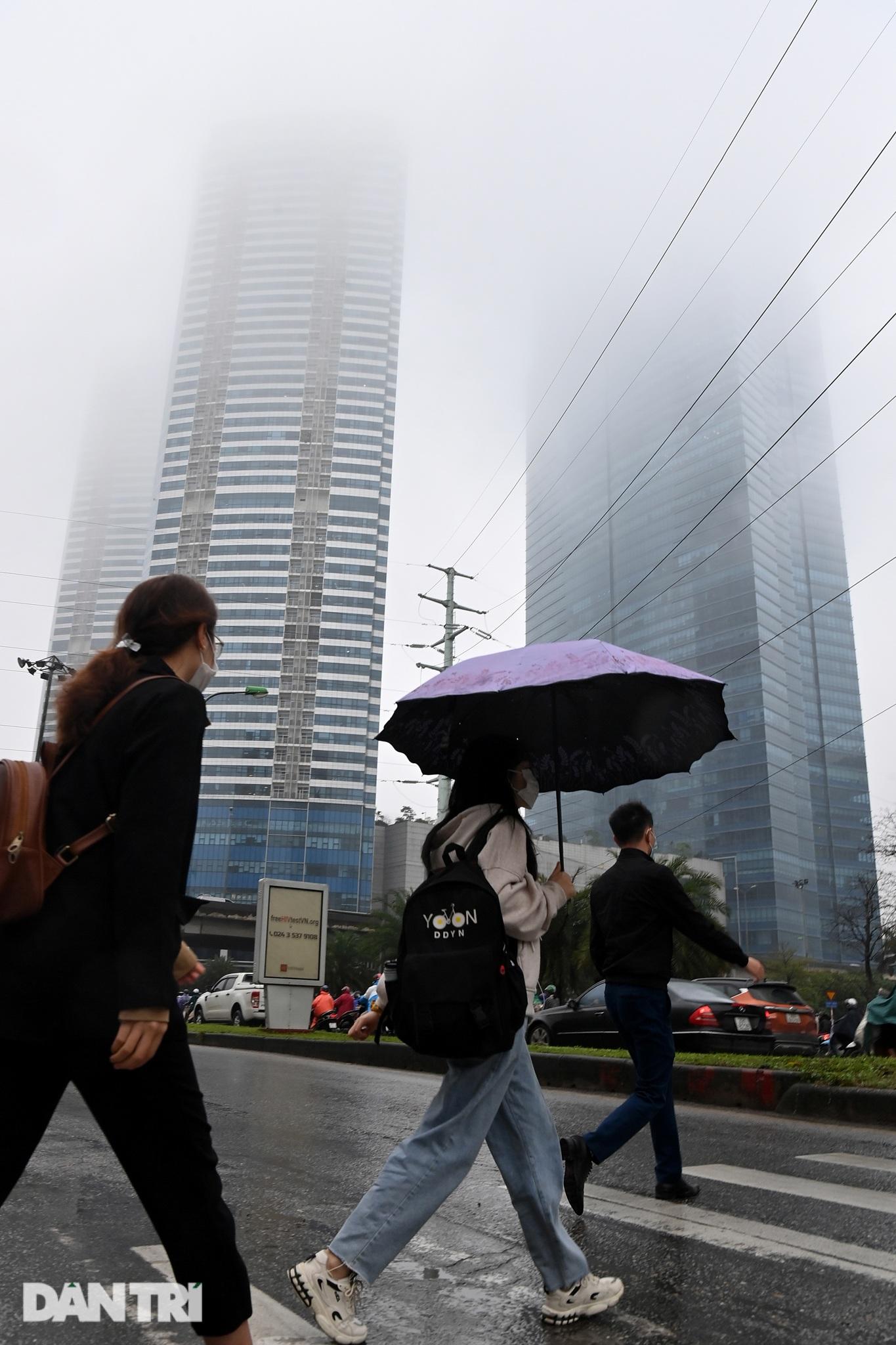 Những tòa nhà chọc trời ở Hà Nội biến mất trong làn sương dày đặc - 10