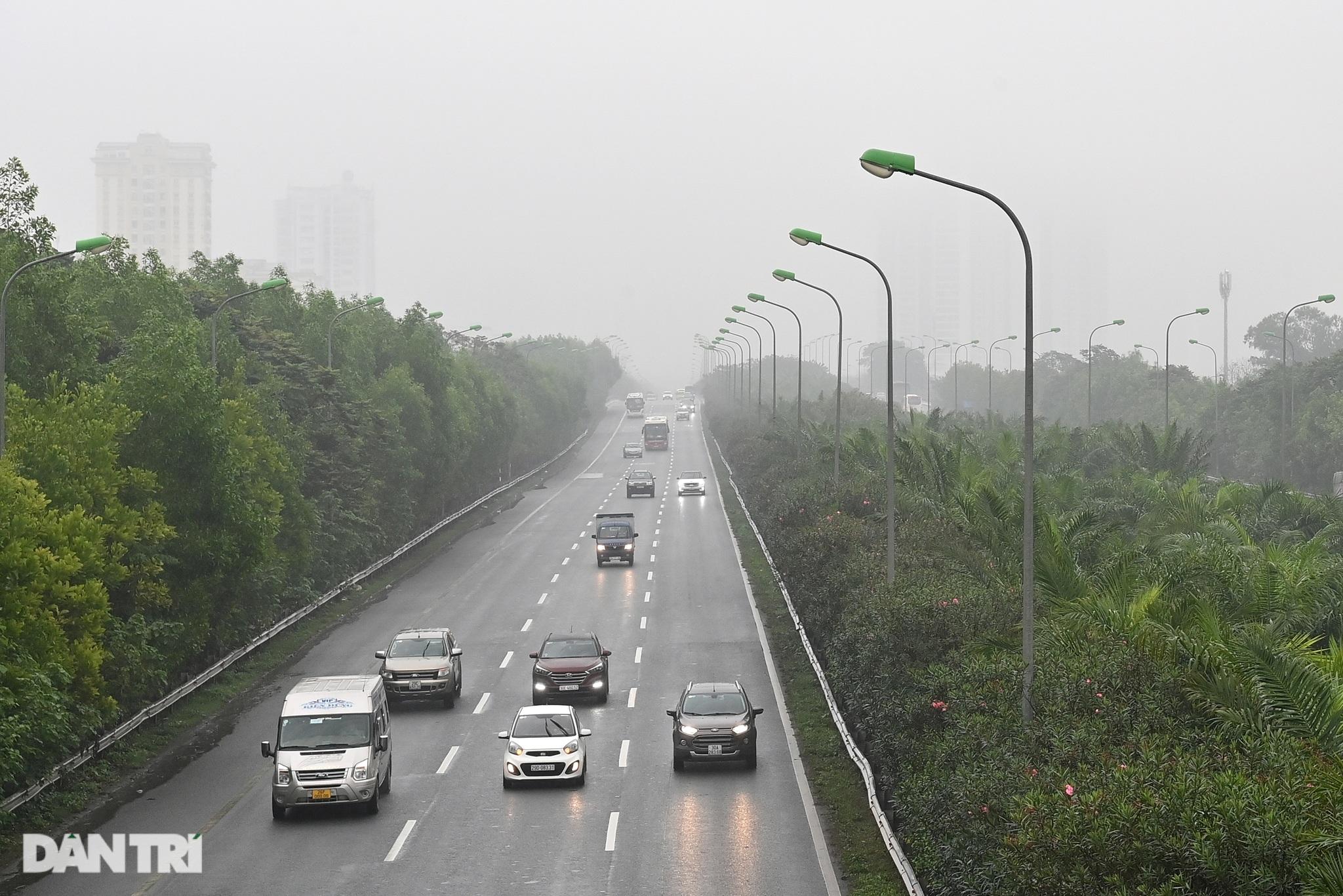 Những tòa nhà chọc trời ở Hà Nội biến mất trong làn sương dày đặc - 17