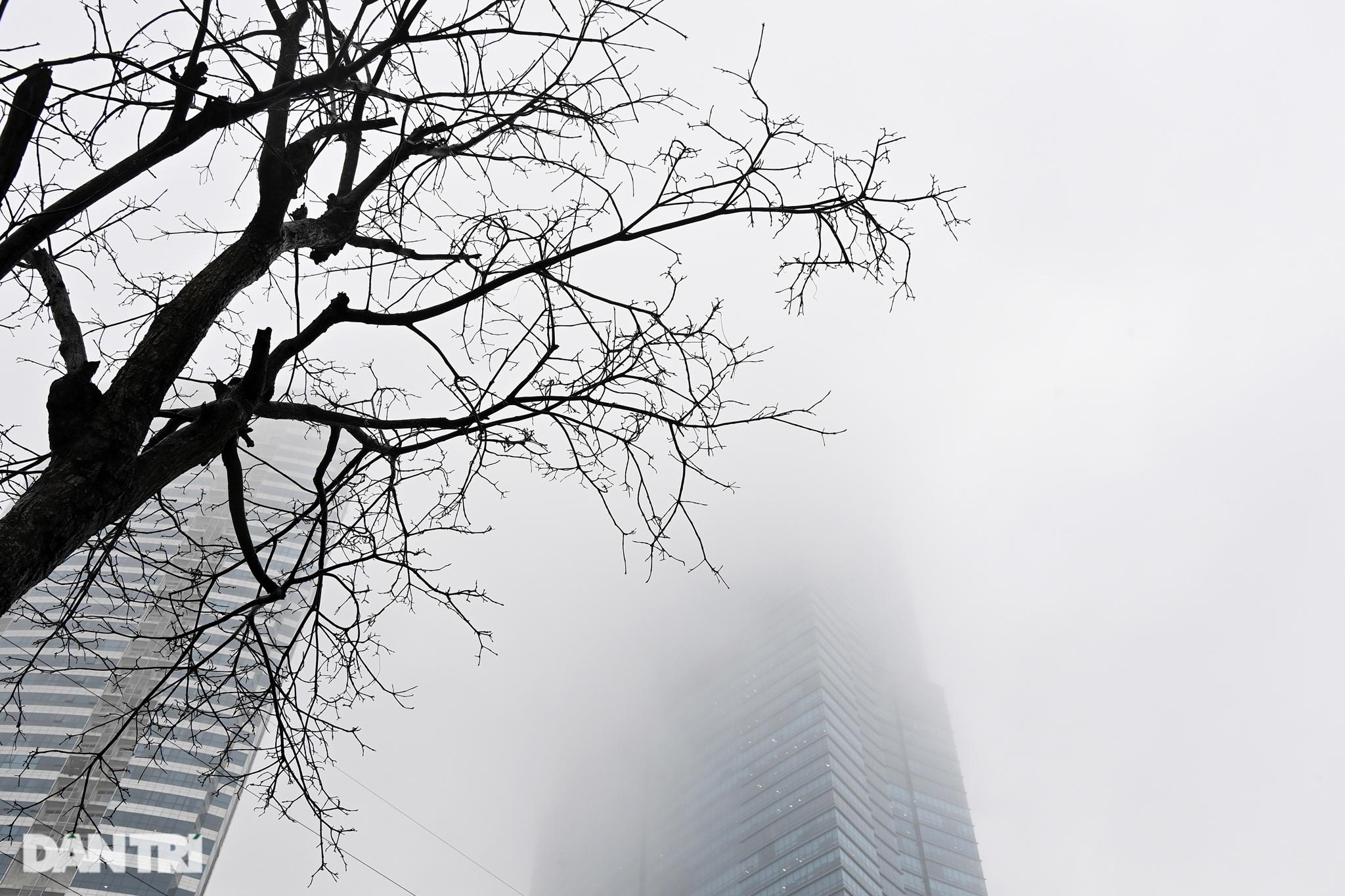 Những tòa nhà chọc trời ở Hà Nội biến mất trong làn sương dày đặc - 11