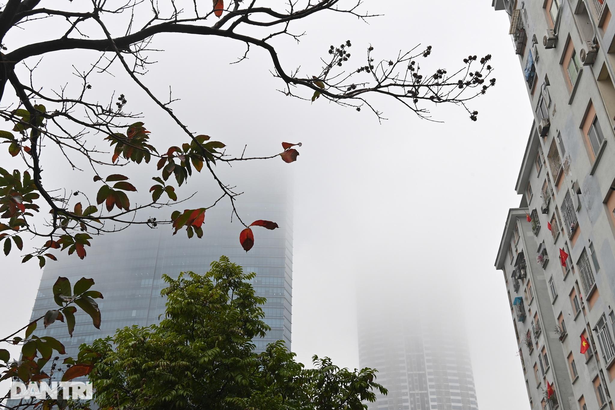Những tòa nhà chọc trời ở Hà Nội biến mất trong làn sương dày đặc - 13