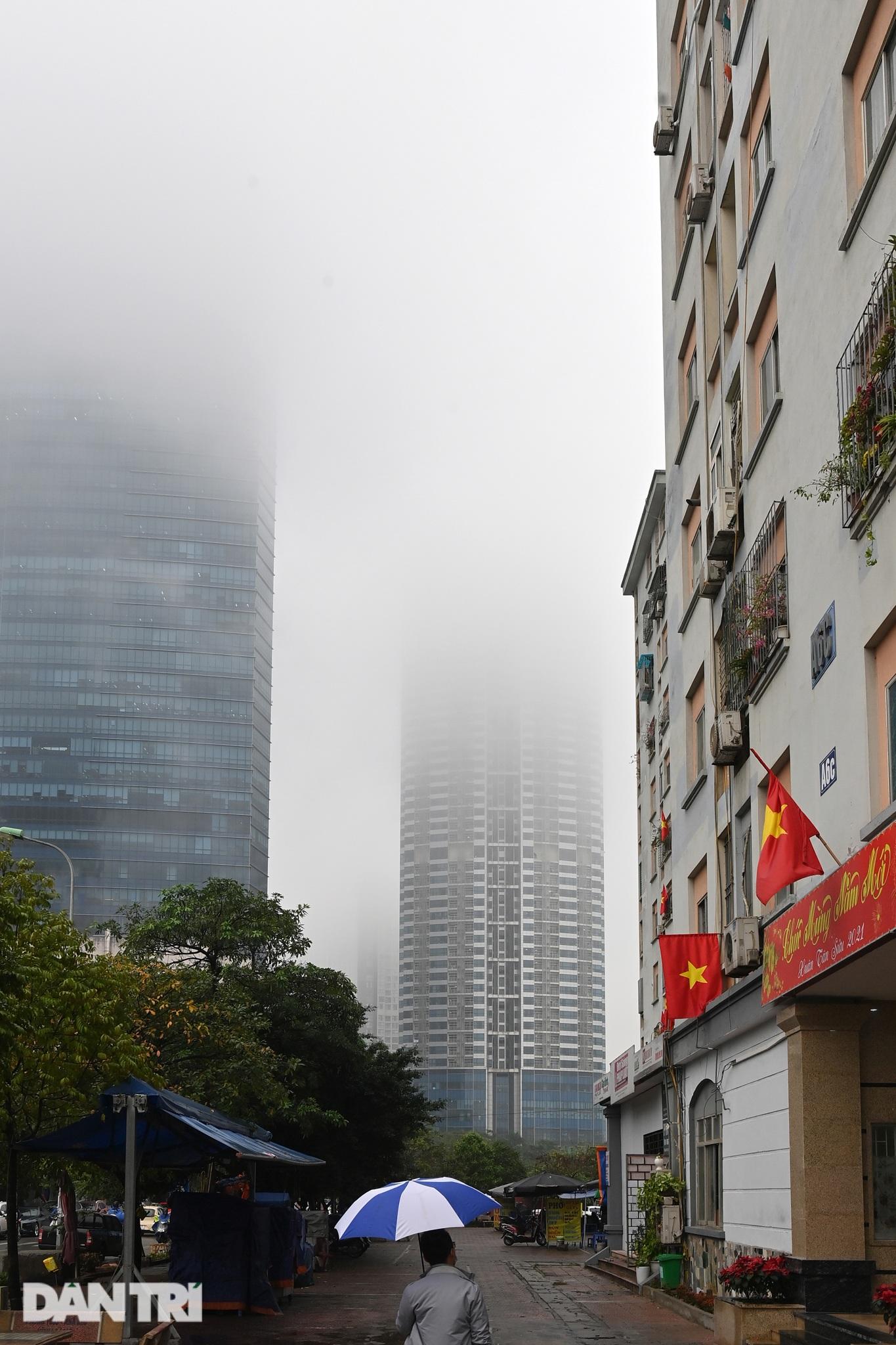 Những tòa nhà chọc trời ở Hà Nội biến mất trong làn sương dày đặc - 12