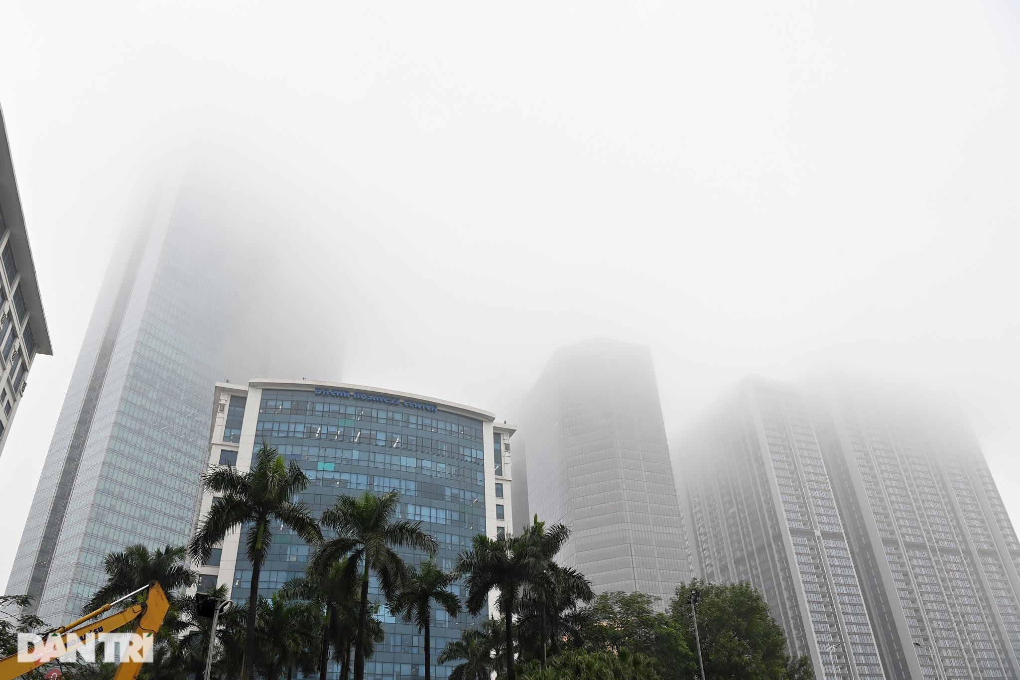 Những tòa nhà chọc trời ở Hà Nội biến mất trong làn sương dày đặc - 1