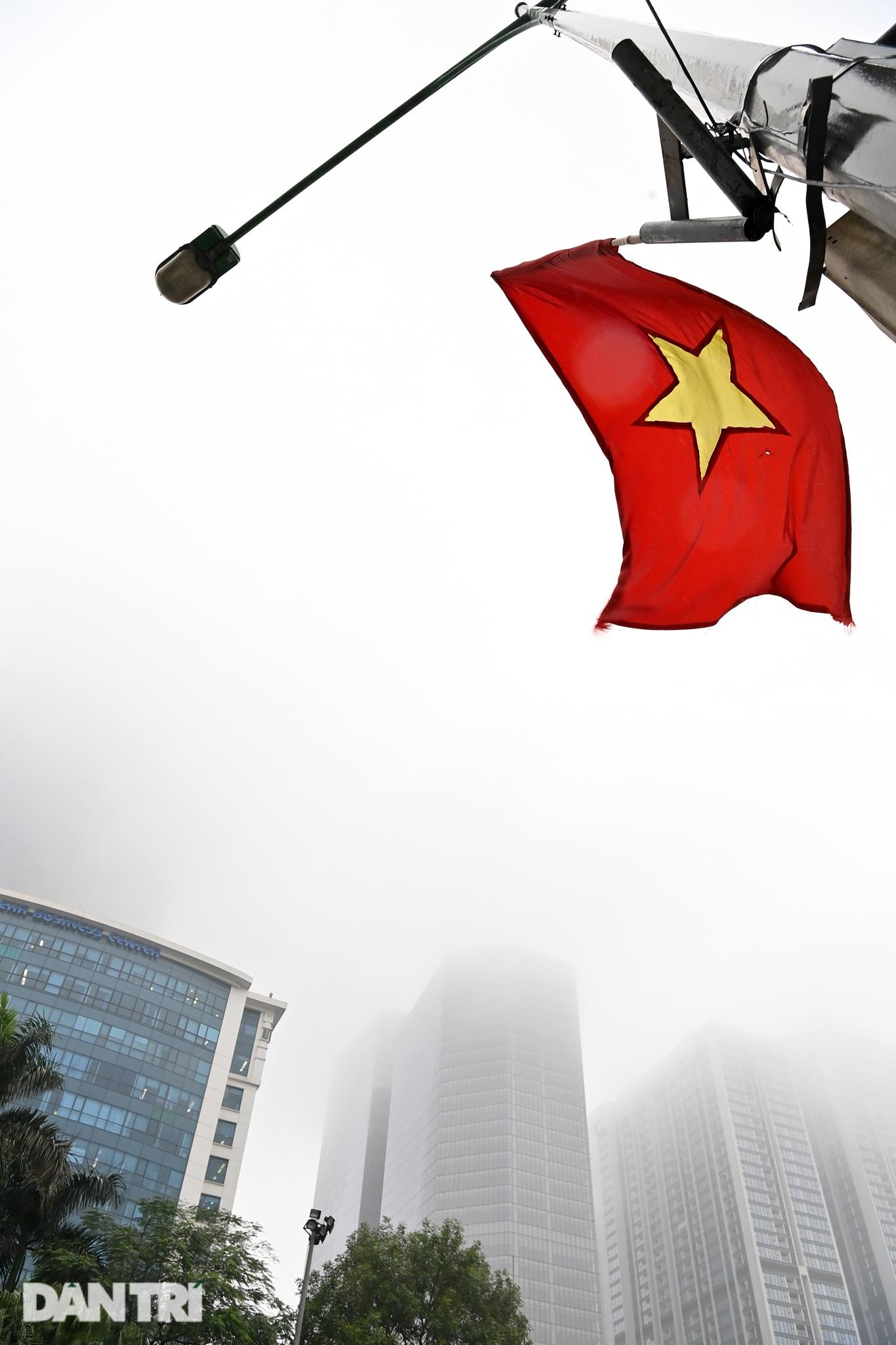 Những tòa nhà chọc trời ở Hà Nội biến mất trong làn sương dày đặc - 8