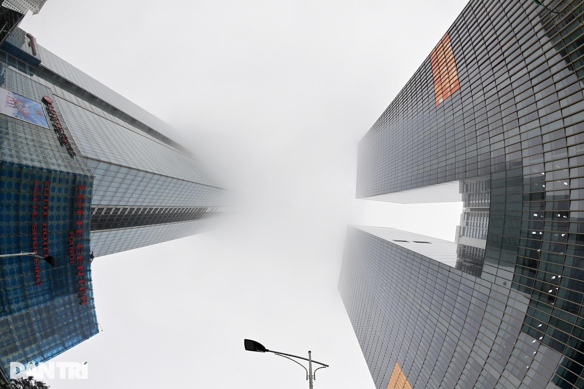 Những tòa nhà chọc trời ở Hà Nội biến mất trong làn sương dày đặc - 7